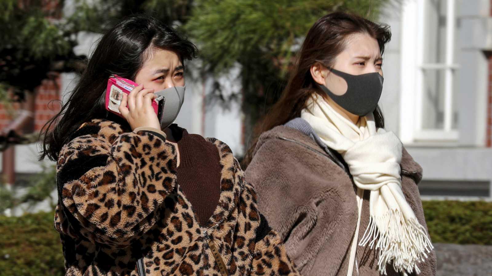 Gente con máscara cerca de la la Estación de Tokio.