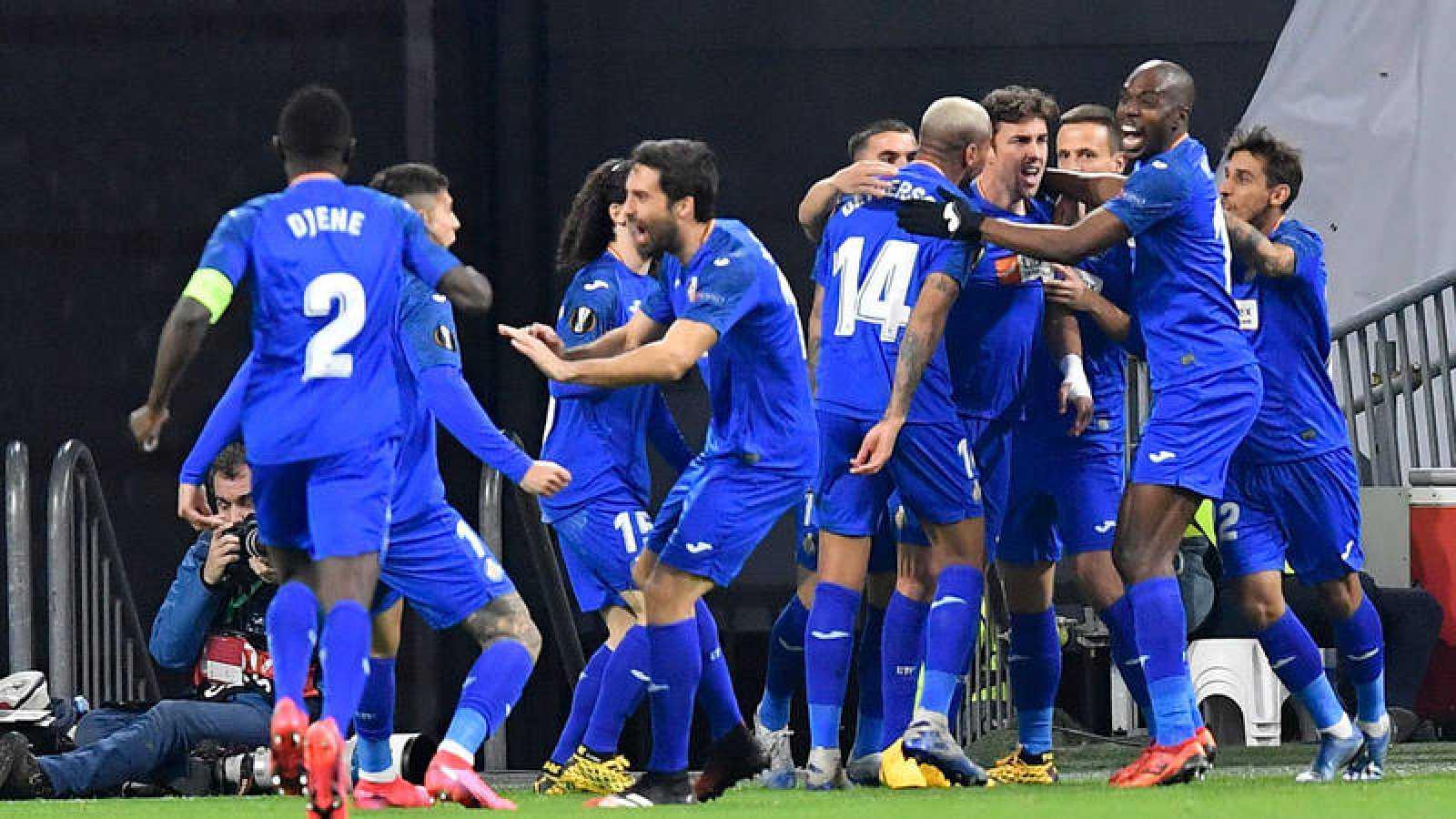 Los jugadores del Getafe celebran el gol de Mata al Ajax