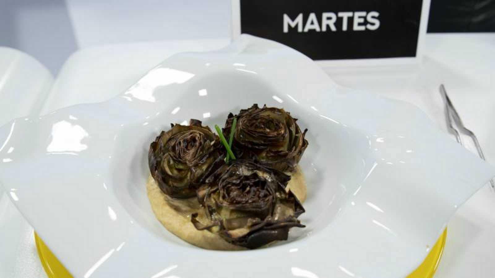 Flores de alcachofa al horno con hummus