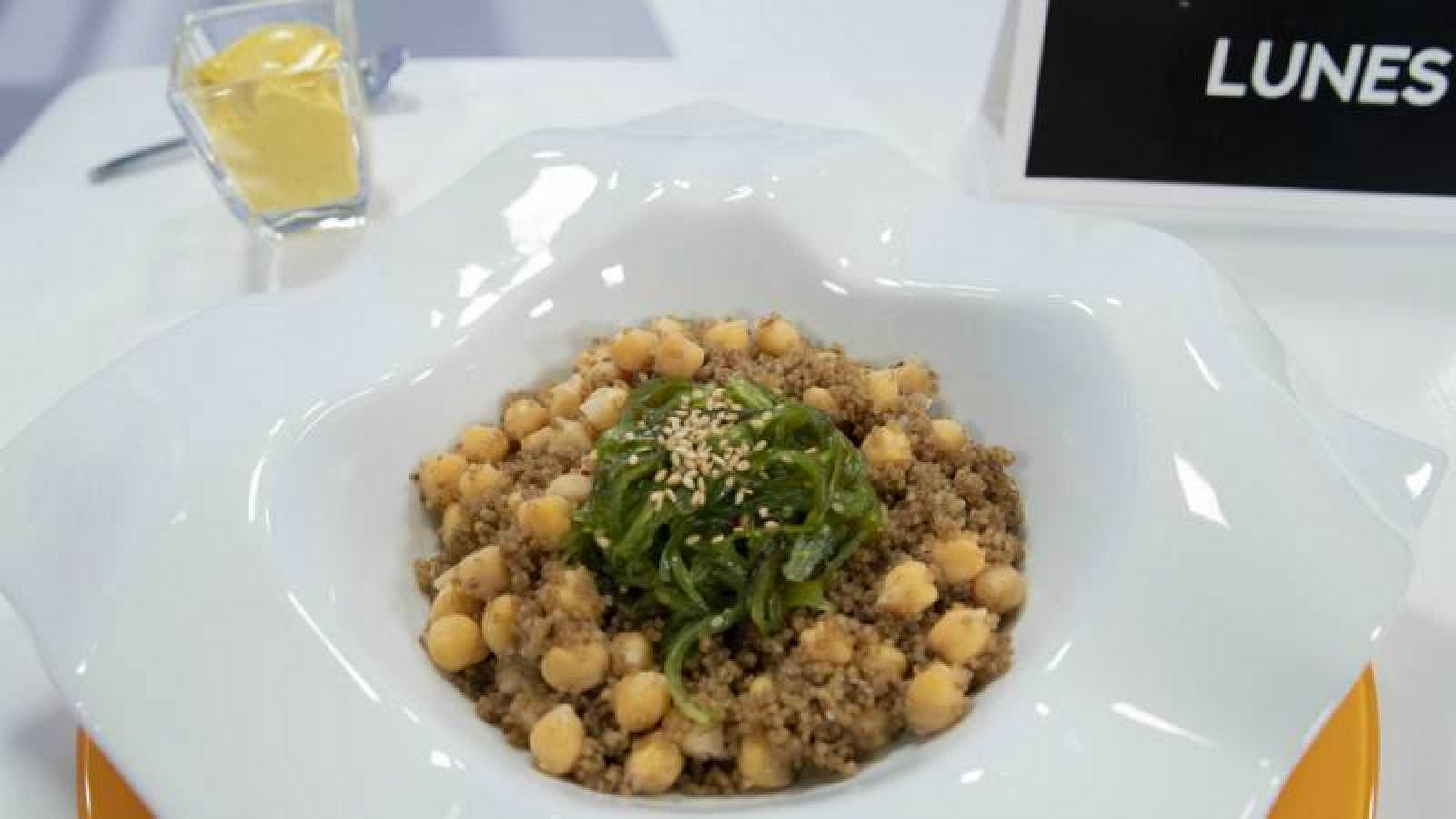 Ensalada de garbanzos con quinoa y wakame