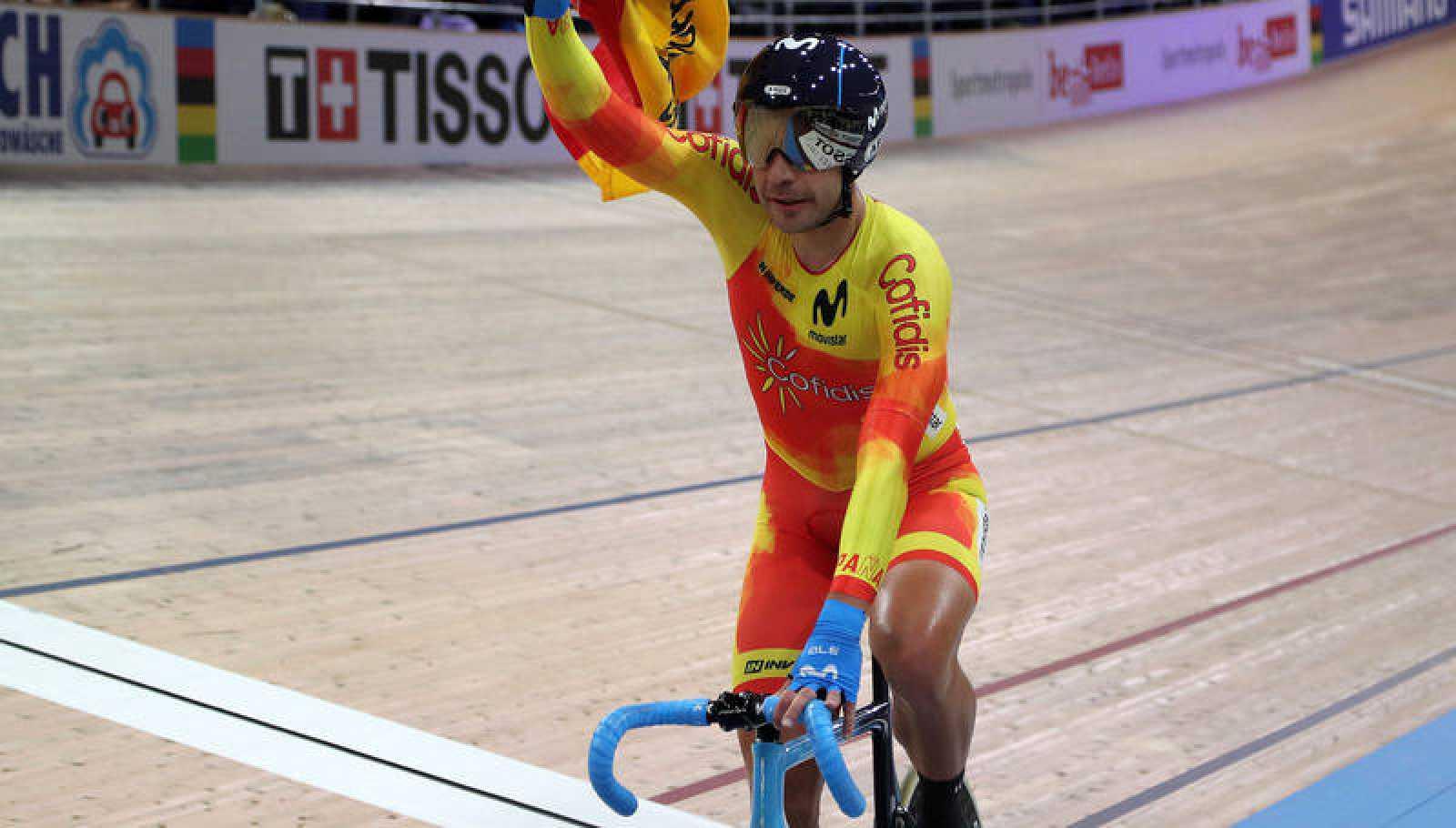 Sebastián Mora celebra su medalla en los Mundiales de ciclismo.