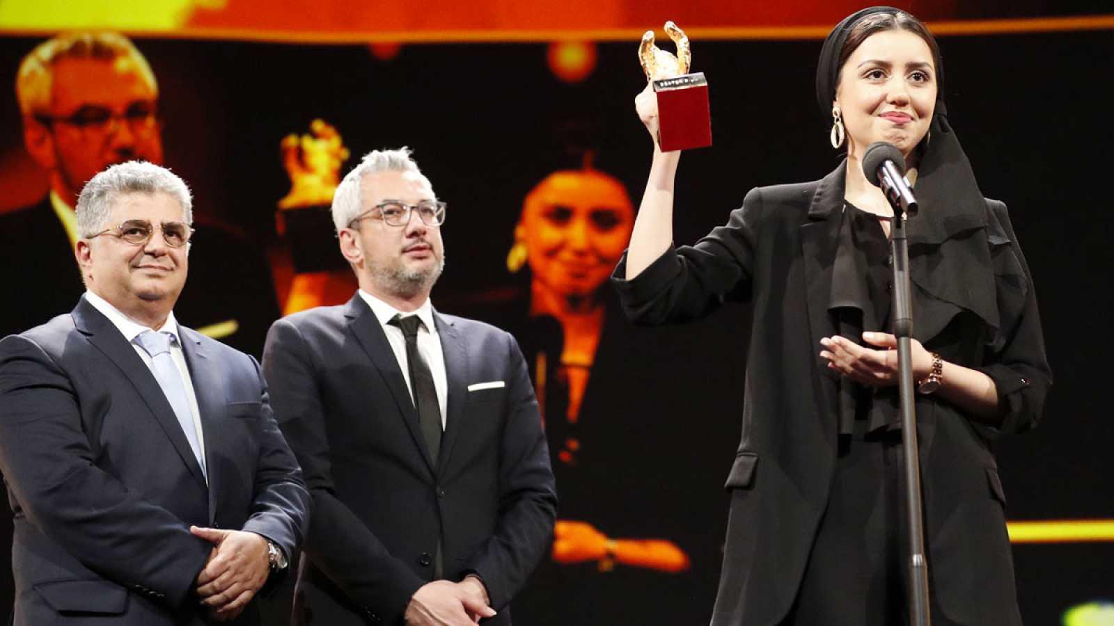 Barah Rasoulof y los productores Kaveh Famam y Farzad Pak recogen el premio