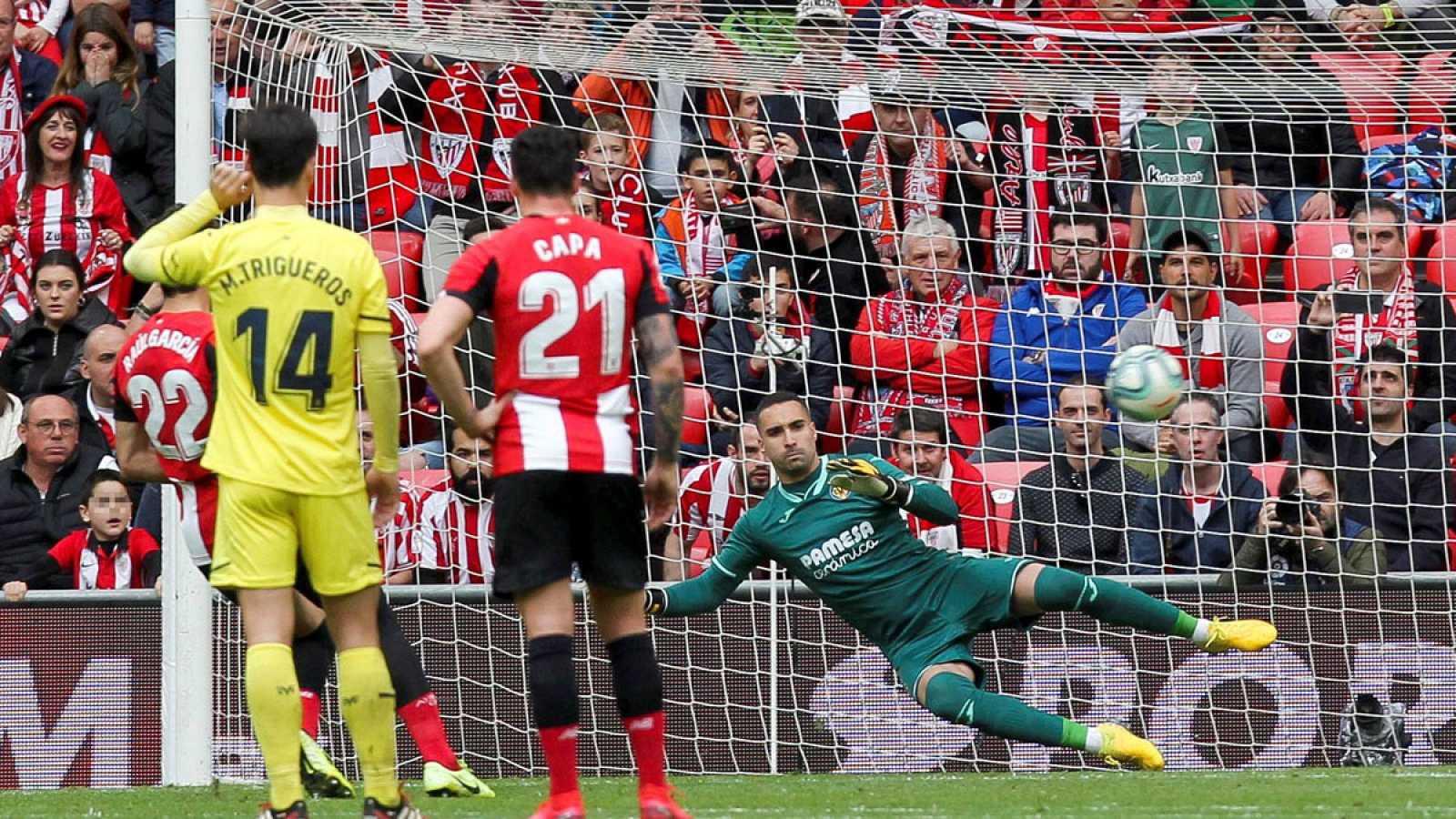 Raúl García (i) consigue de penalti el gol de su equipo ante el Villarreal