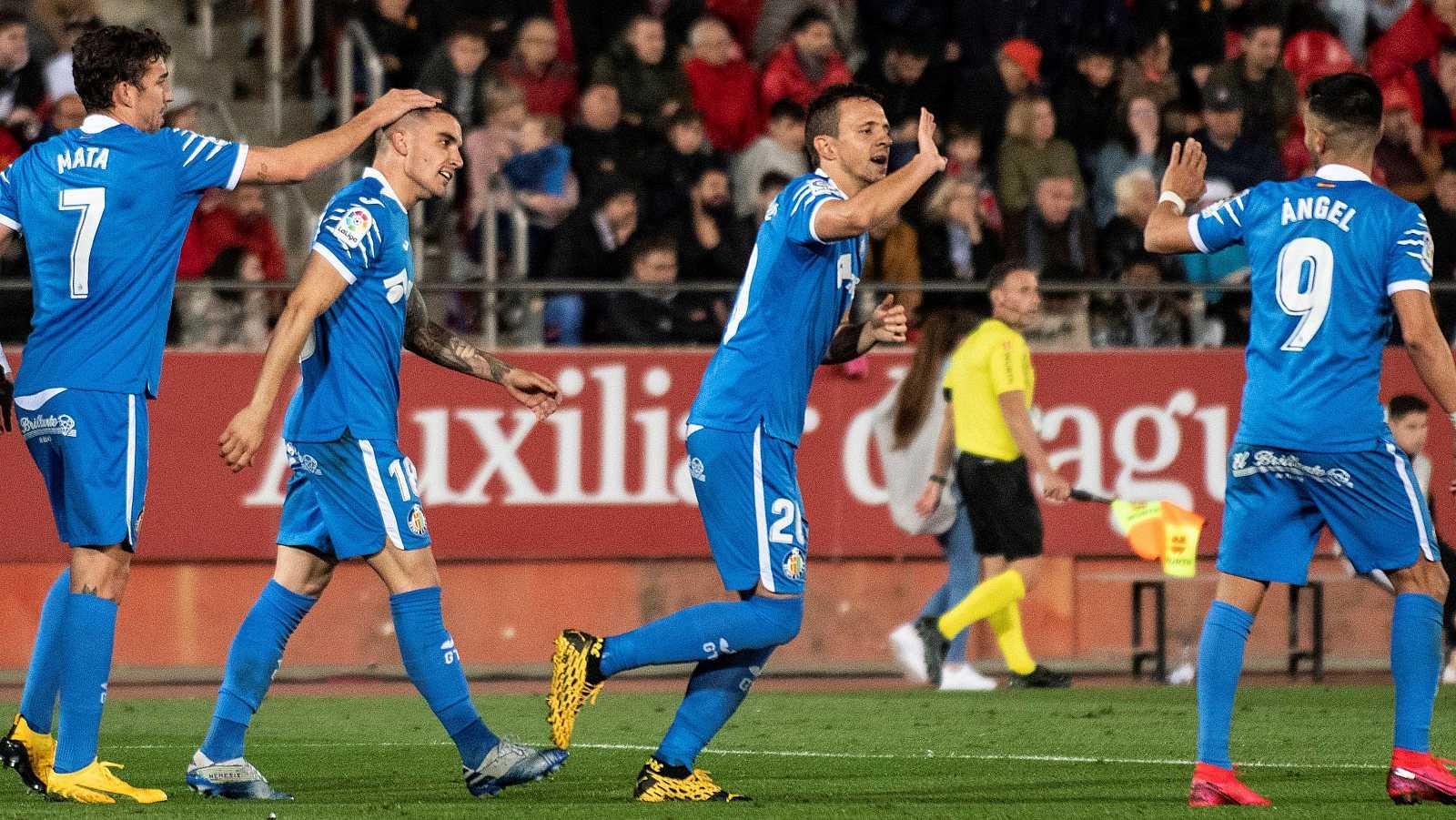 Los jugadores del Getafe, Jaime Mata (i), Mauro Arambarri (i2) y Ángel Rodríguez (d) celebran el gol del serbio Nemanja Maksimovic (d1) ante el Mallorca