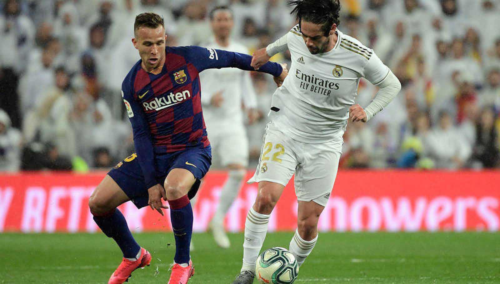Arthur e Isco, en un lance del Real Madrid-Barcelona.