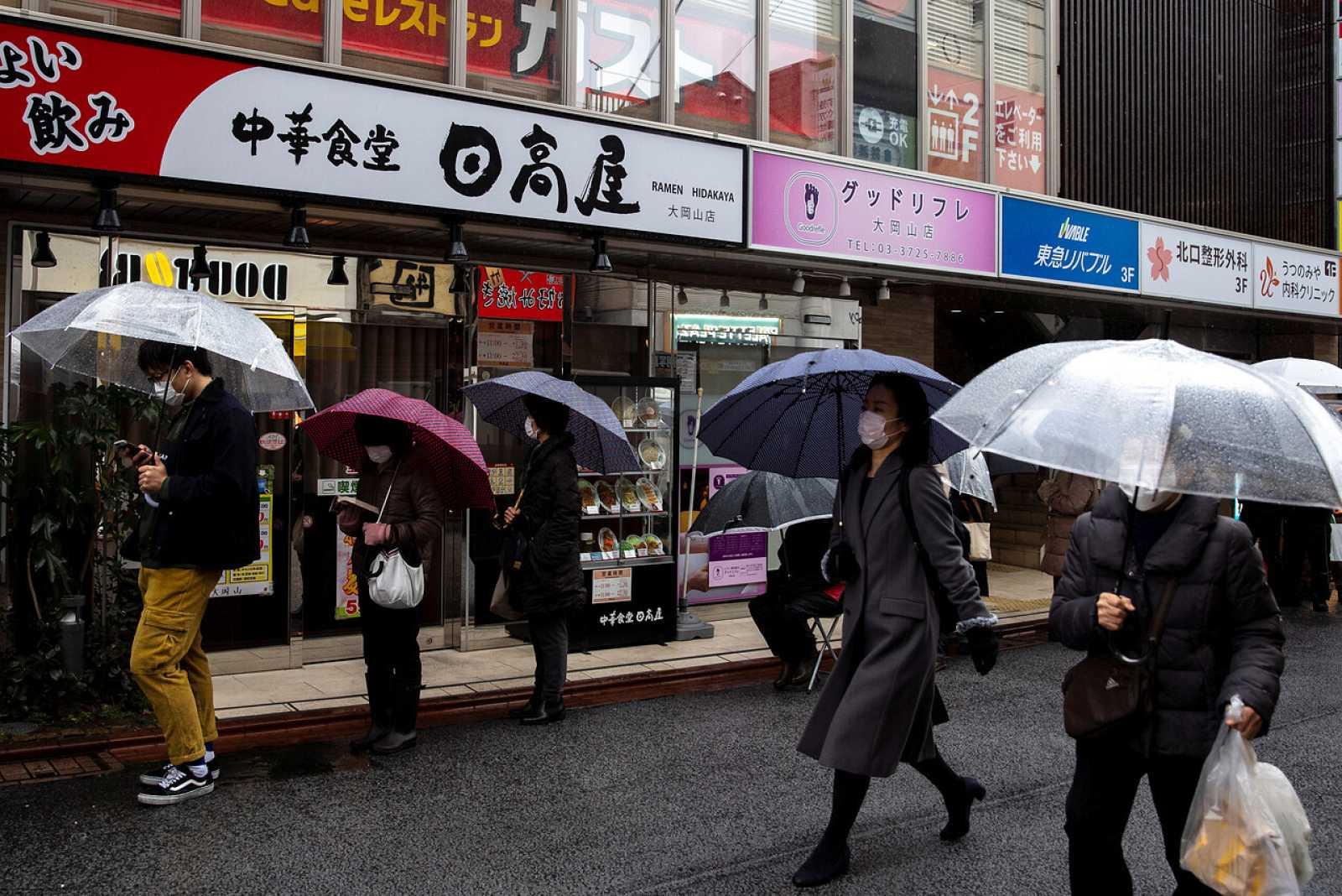Ciudadanos japoneses hacen cola en una calle de Tokio