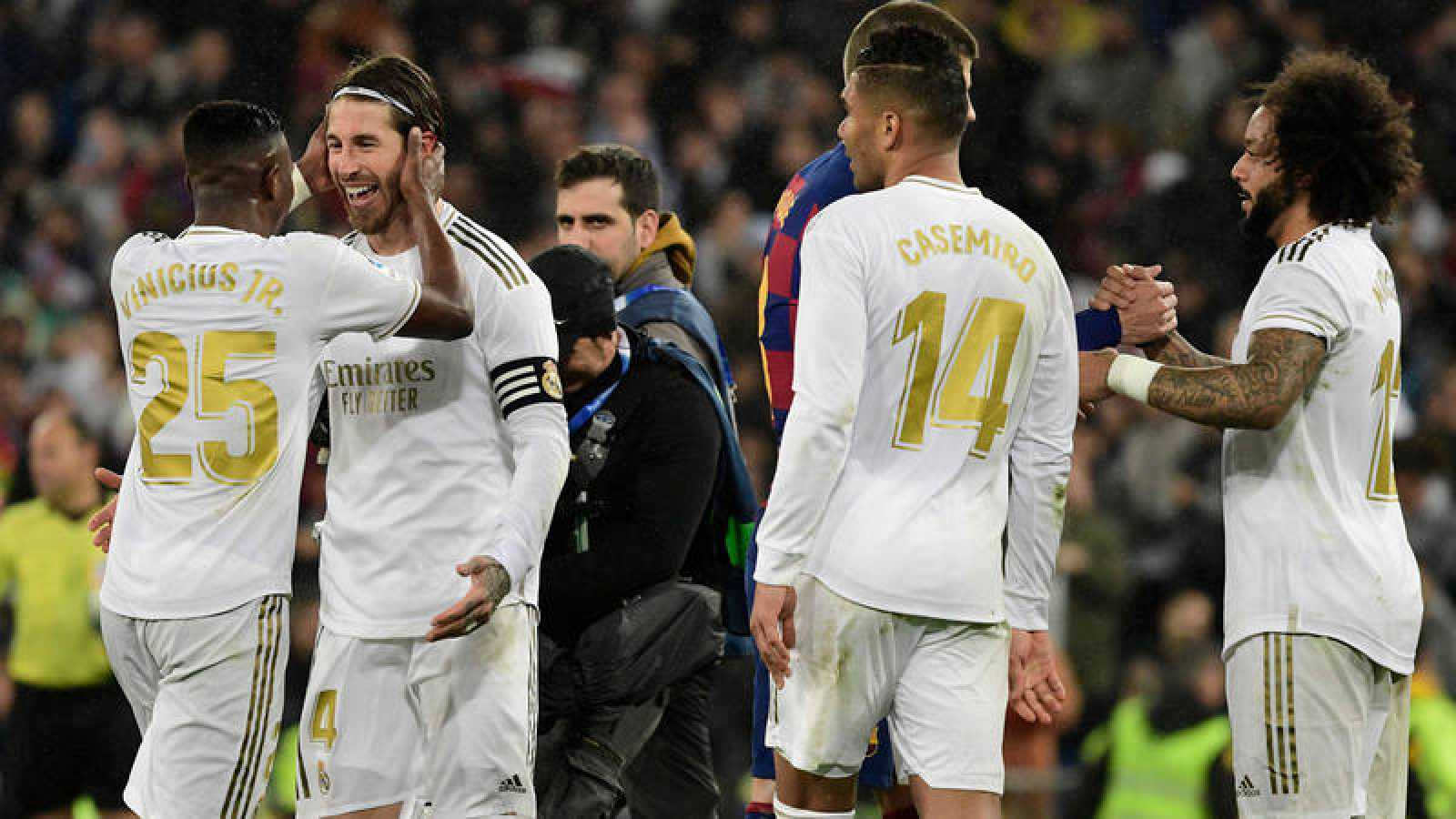 Los jugadores del Madrid se felicitan después de la victoria ante el Barça.
