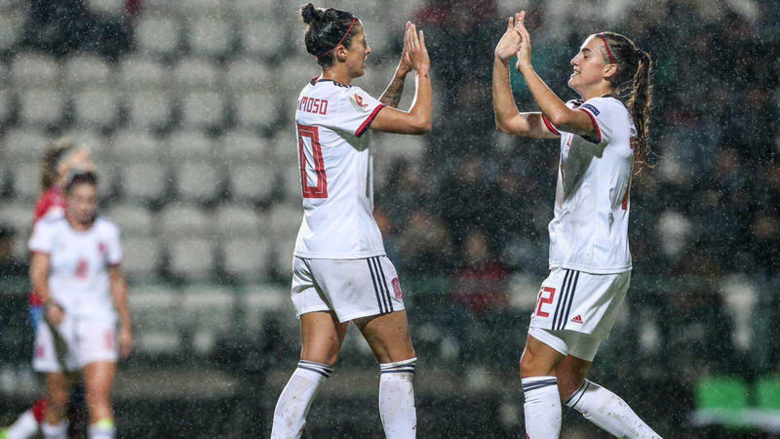 Jennifer Hermoso (i) celebra un gol con Patricia Guijarro (d).