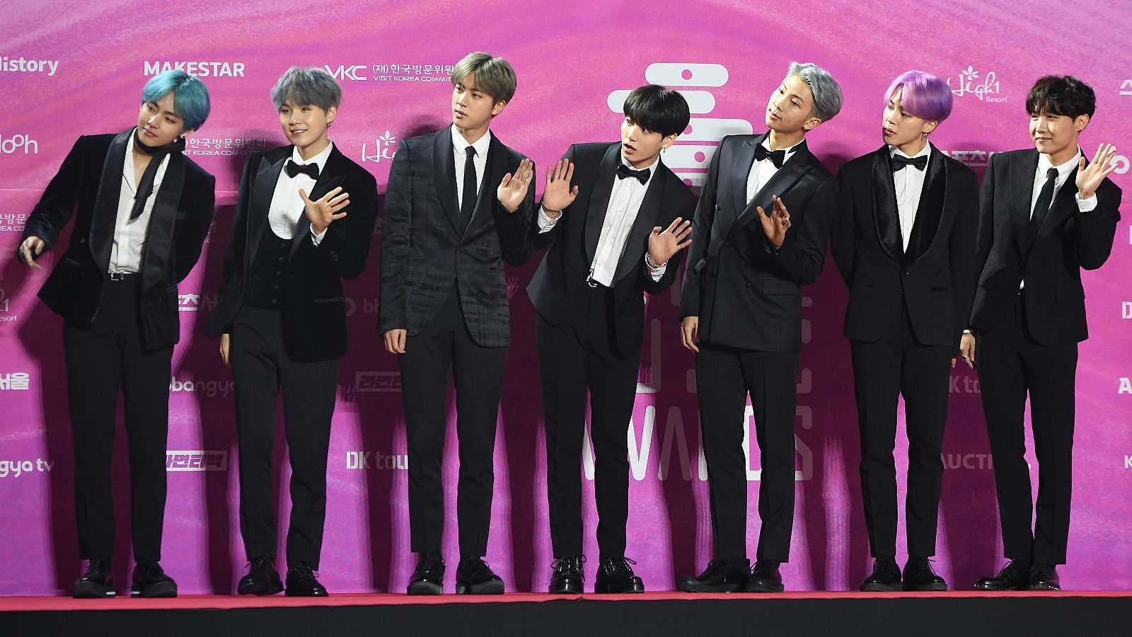 BTS, la banda de chicos de K-Pop, en la alfombra roja de los 28th Seoul Music Awards en Seúl (Corea)