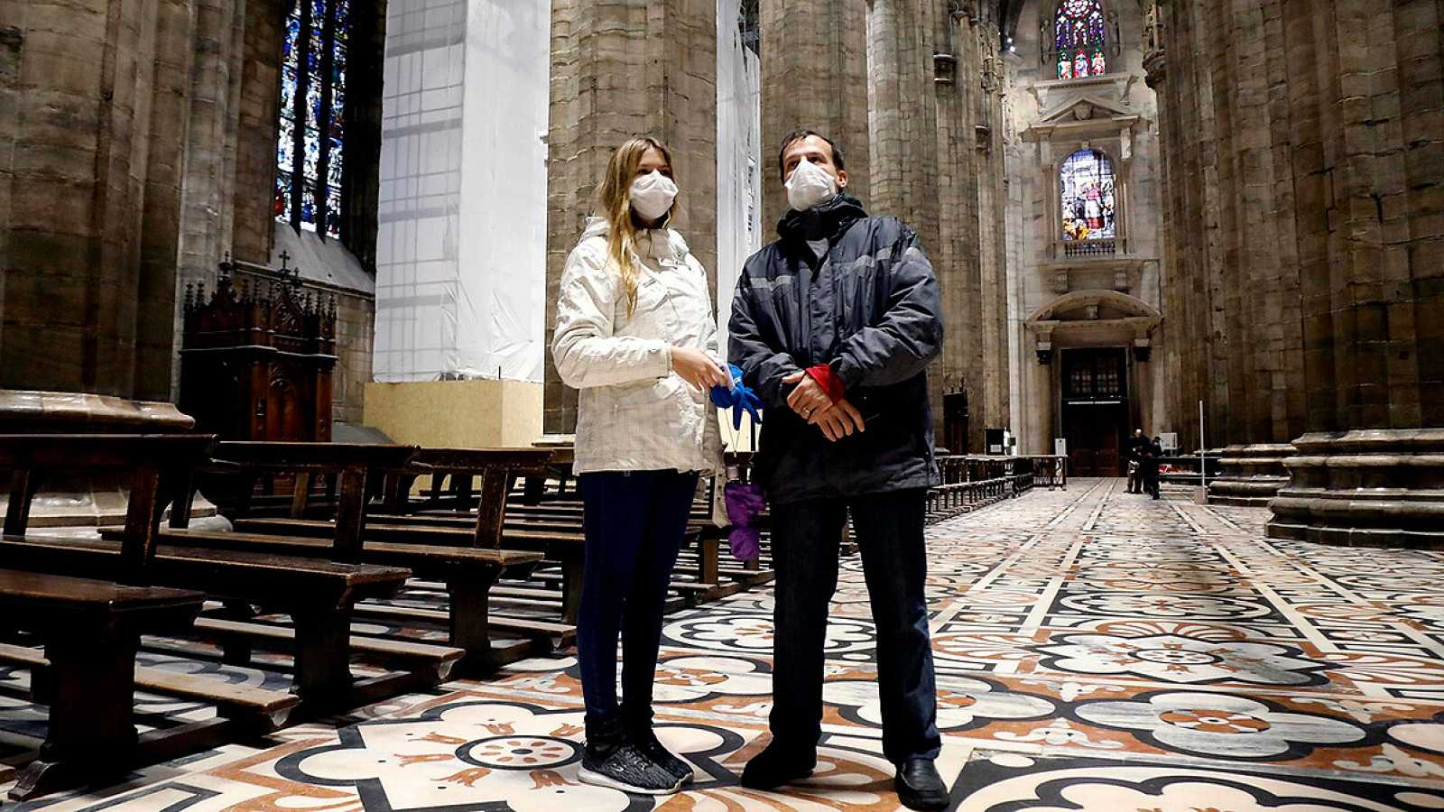 Turistas con mascarillas en la catedral de Milán. EFE/EPA/MOURAD BALTI TOUATI