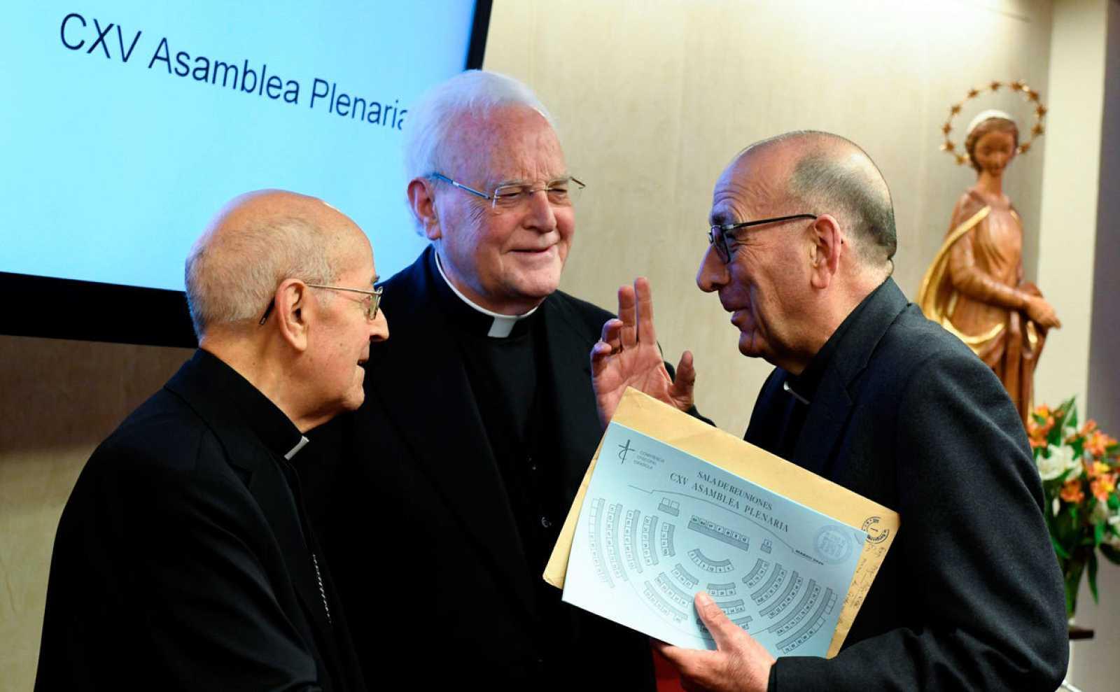 El presidente de la Conferencia Episcopal Española (CEE), Ricardo Blázquez (i) conversa con el cardenal Juan José Omella (d) durante la inauguración de la Asamblea Plenaria para elegir sucesor que se celebra este lunes en Madrid.