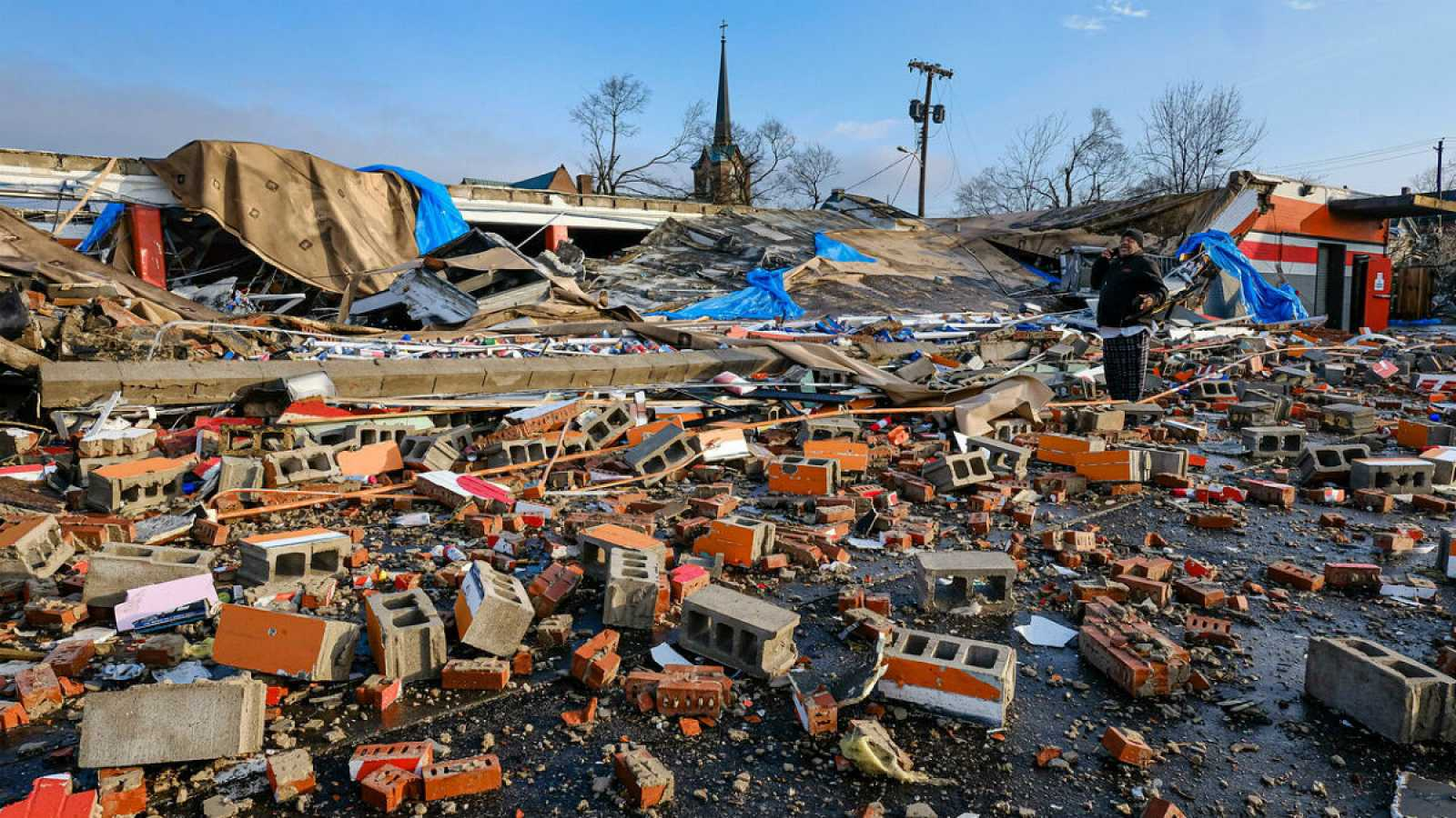 Una tienda de autoreparación de coches, arrasada tras el paso de un tornado por Nashville (Tennessee).