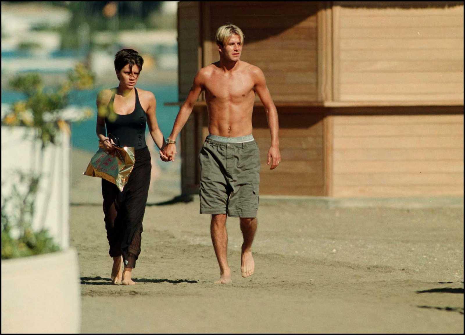 Victoria y David Beckham en 1999 de vacaciones en Marbella