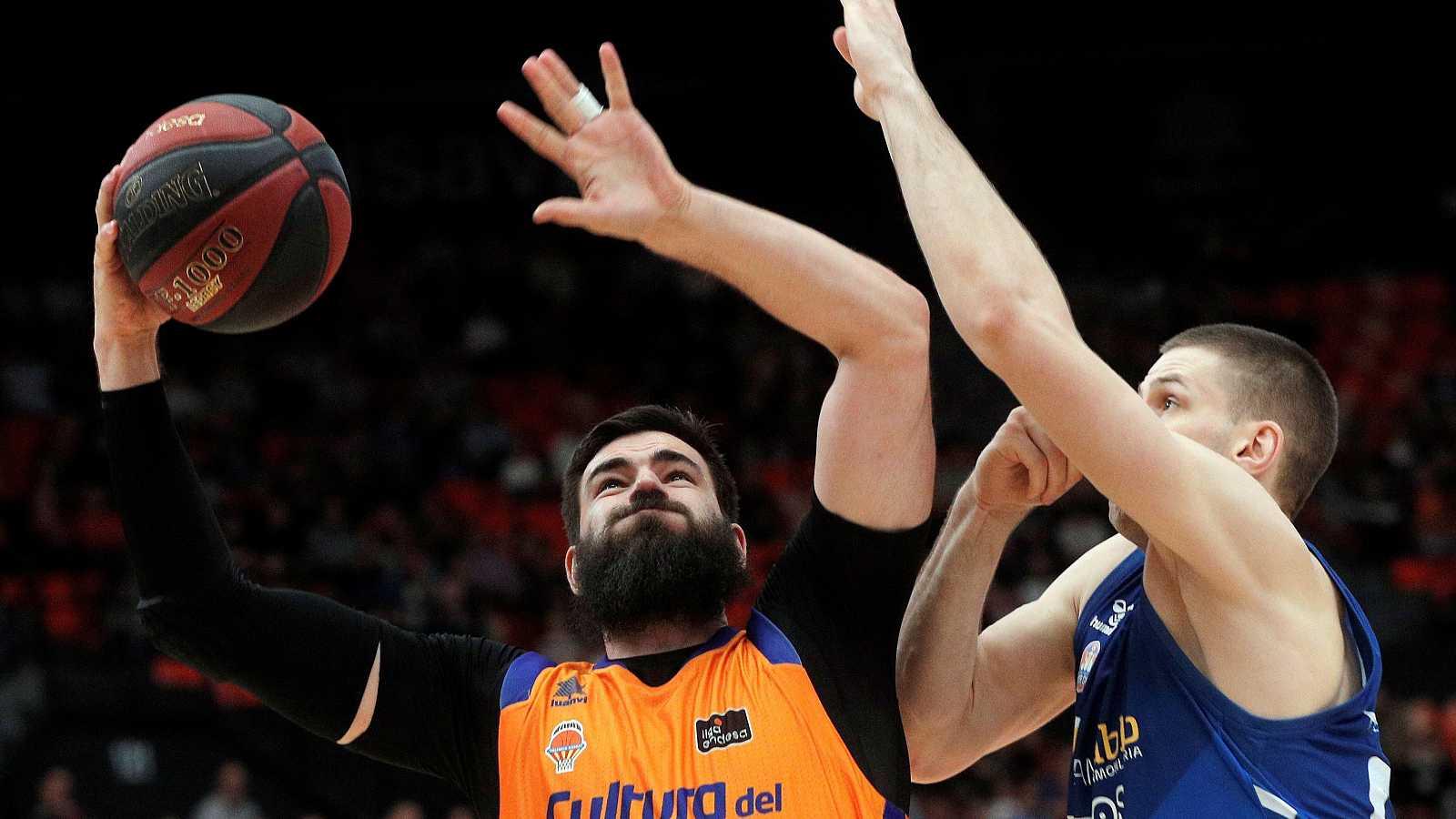 El pívot del Valencia Basket, Bojan Dubljevic (i), trata de encestar ante la oposición del ala-pívot del San Pablo Burgos, Dragan Apic (d)