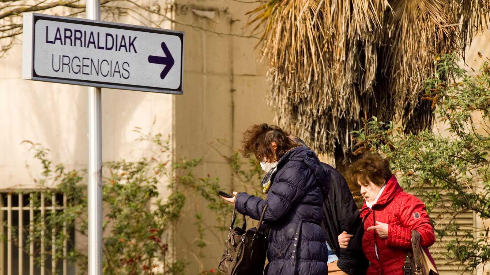 Una mujer sale del hospital Universitario de Álava-Txagorritxu en Vitoria este martes protegida con una mascarilla
