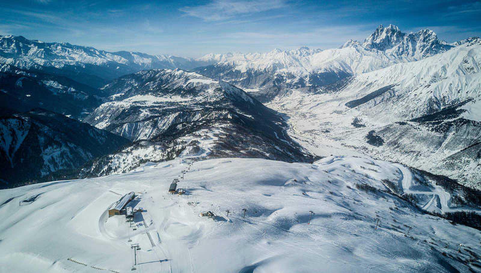 Imagen de archivo de las montañas georgianas de la región de Mestia.