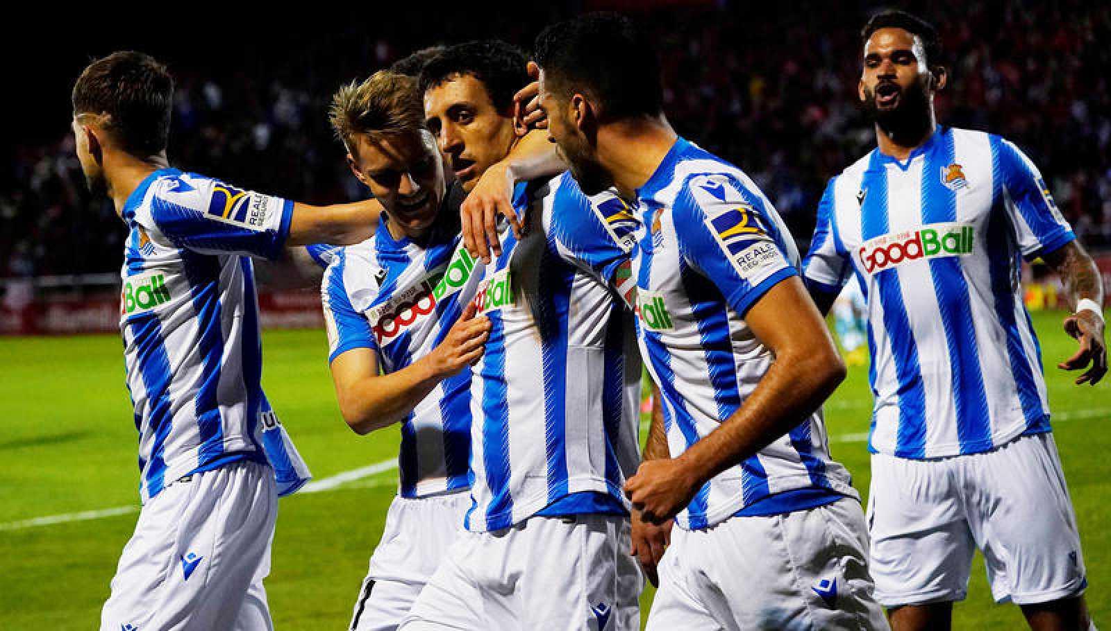 Los jugadores de la Real Sociedad celebran el gol de Oyarzabal al Mriandés.