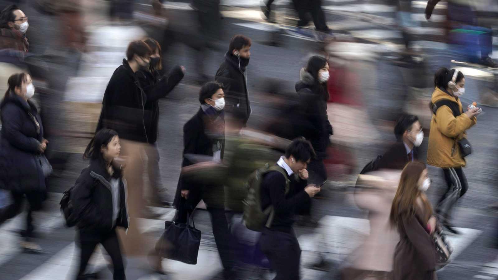 Habitantes de Tokio con mascarilla.