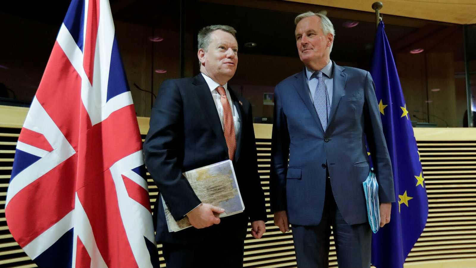 Los negociadores del Reino Unido, David Frost y de la Unión Europea Michel Barnier, durante el primer encuentro para la negociación de ambos tras el Brexit.