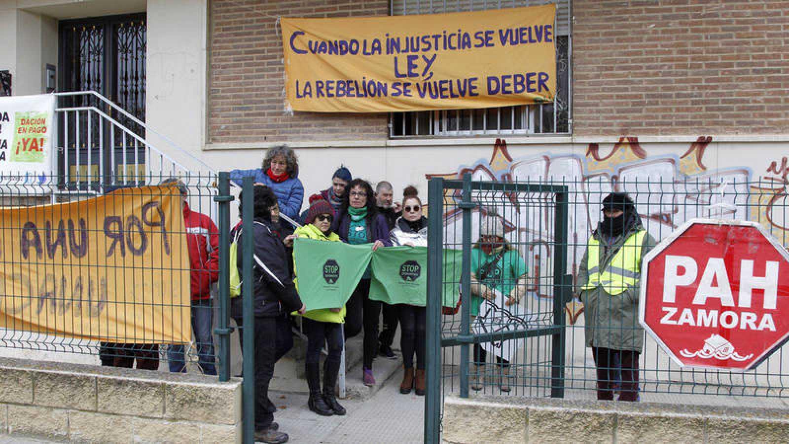 La PAH paraliza un desahucio en Zamora