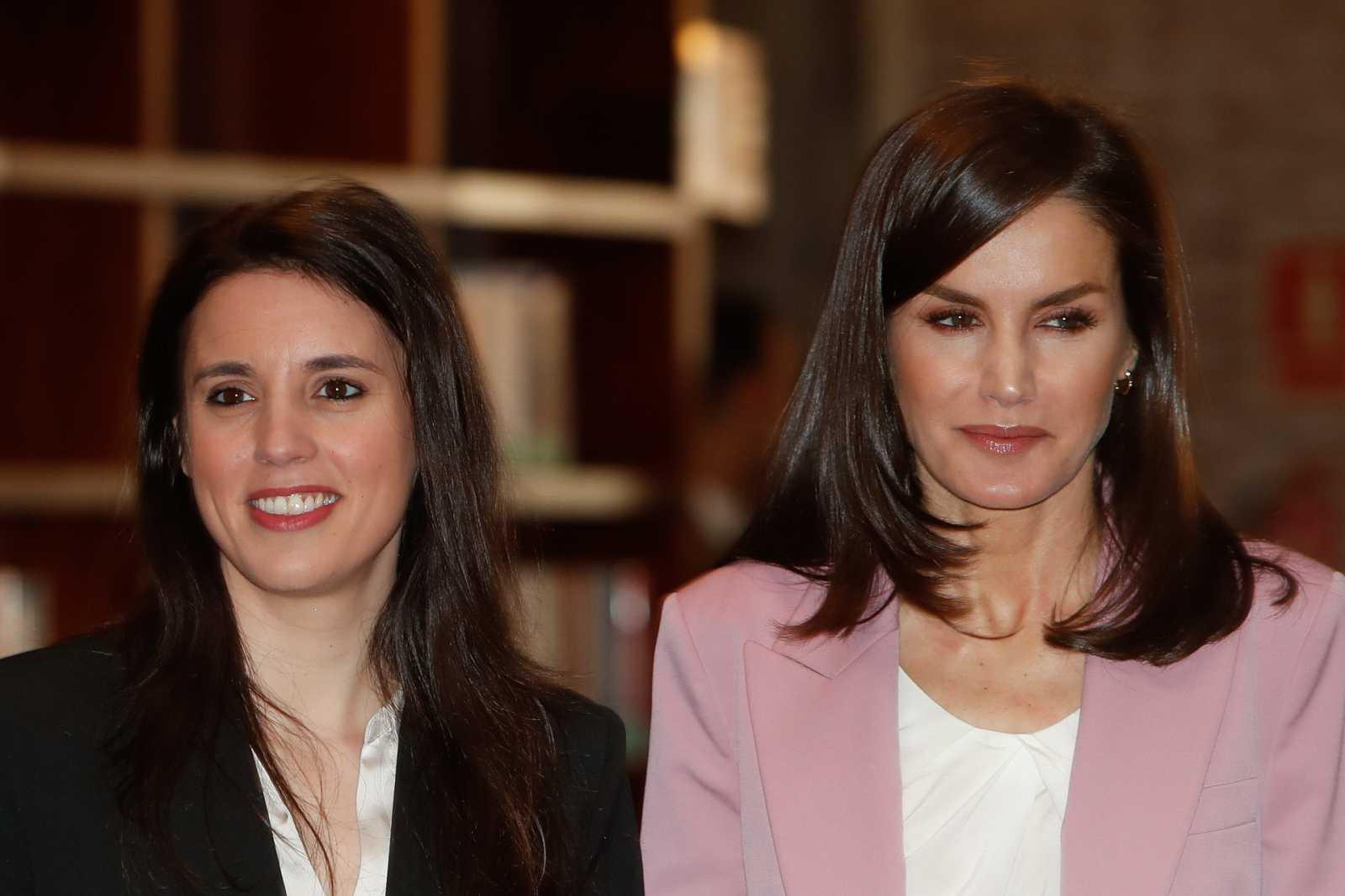 La Reina Letizia con Irene Montero en un acto de la asociación APRAMP