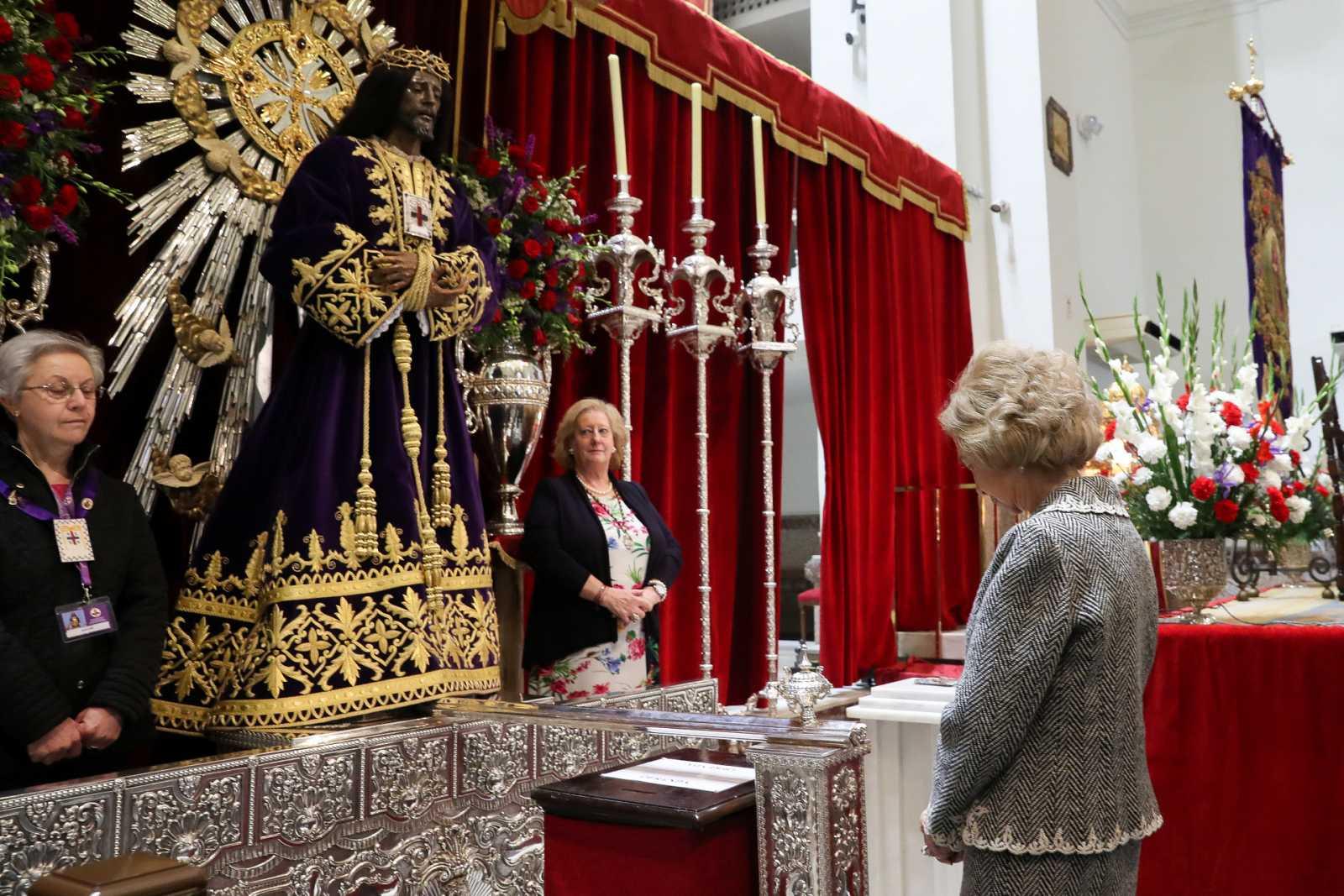 La Reina Sofía en el Cristo de Medinaceli de Madrid el año del coronavirus se queda sin besar la talla de madera