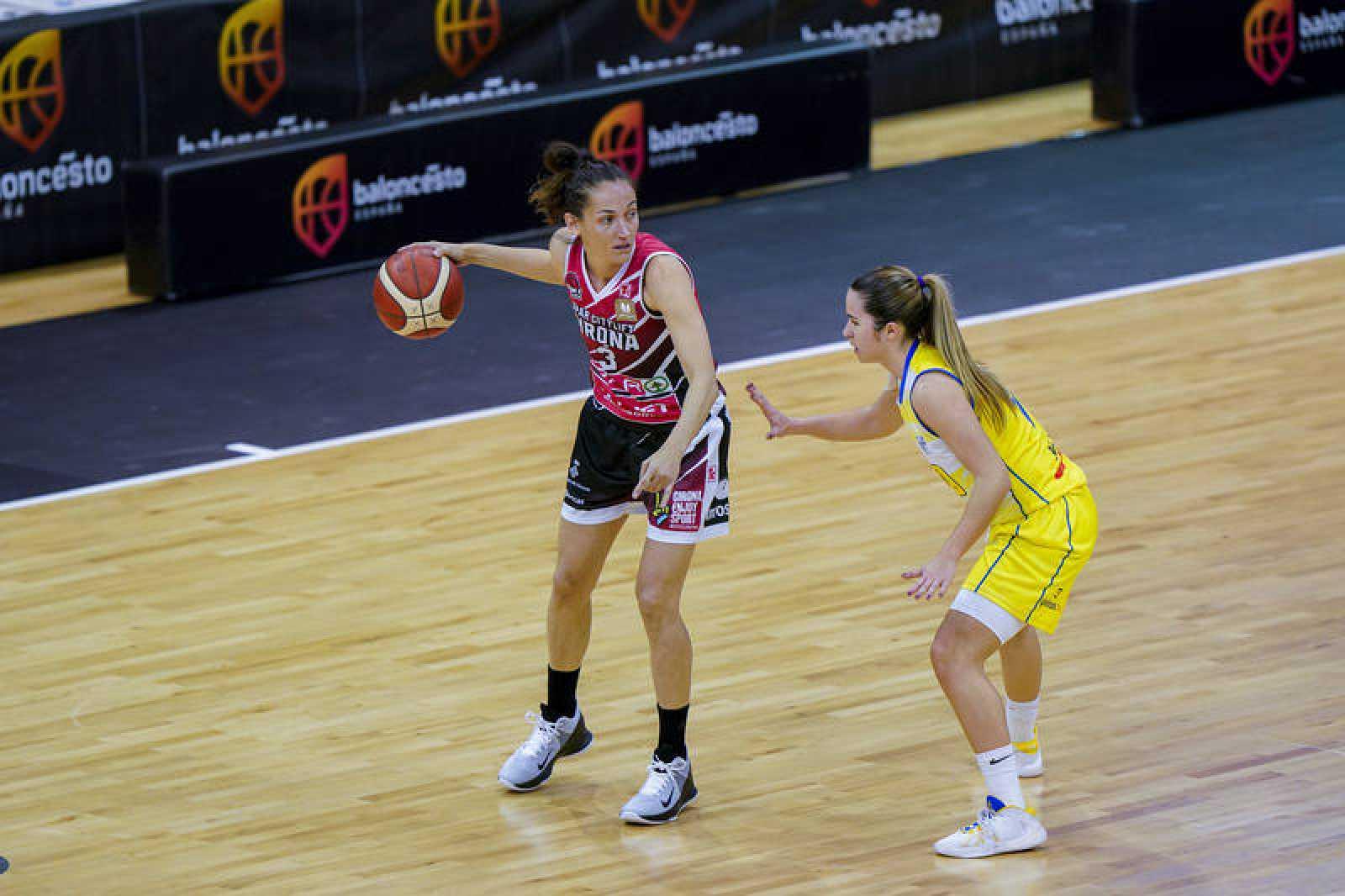 Laia Palau bota el balón en el partido ante La Seu