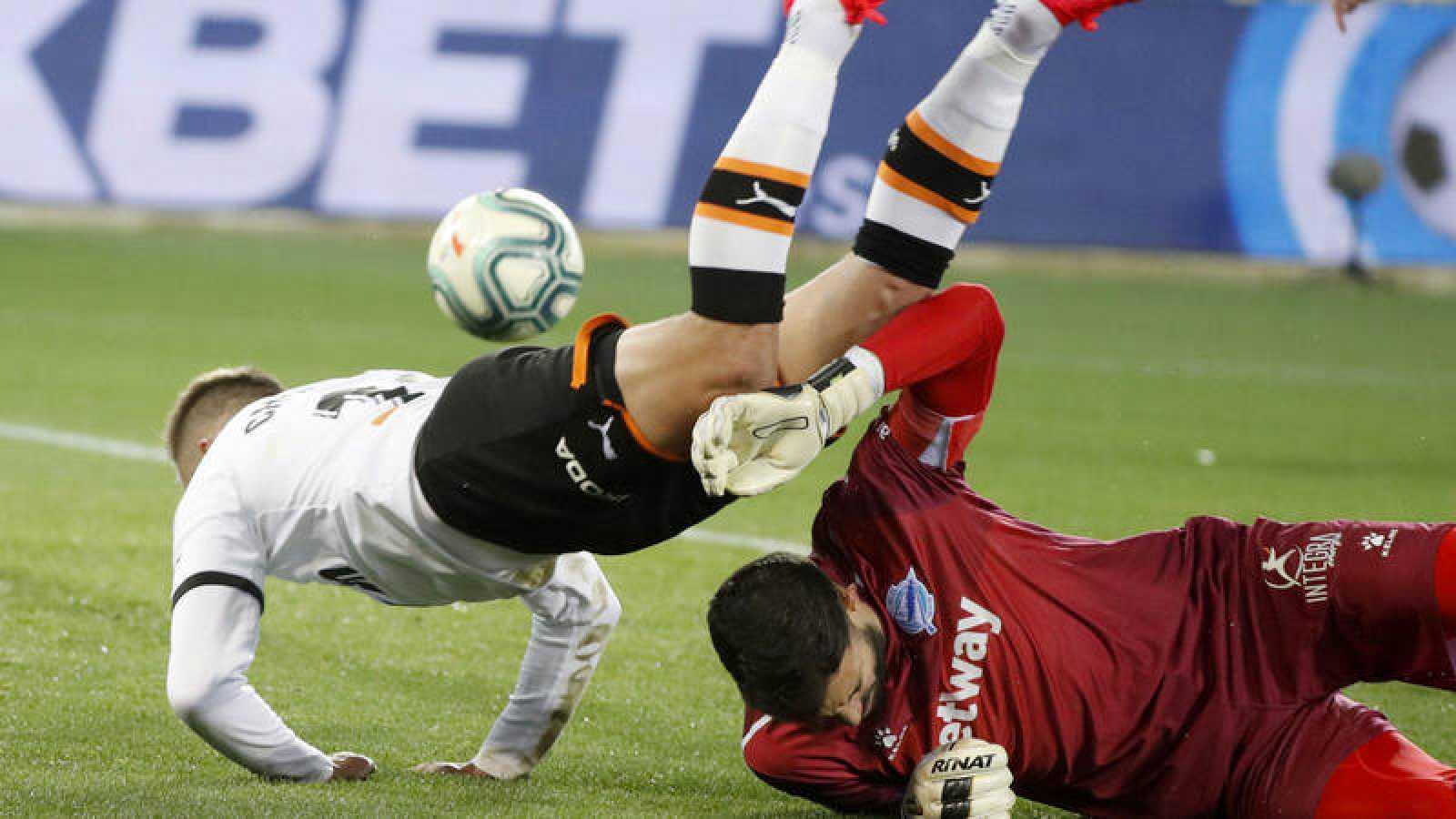 El delantero del Valencia Cheryshev (i) cae ante el guardameta del Alavés. Fernando Pacheco