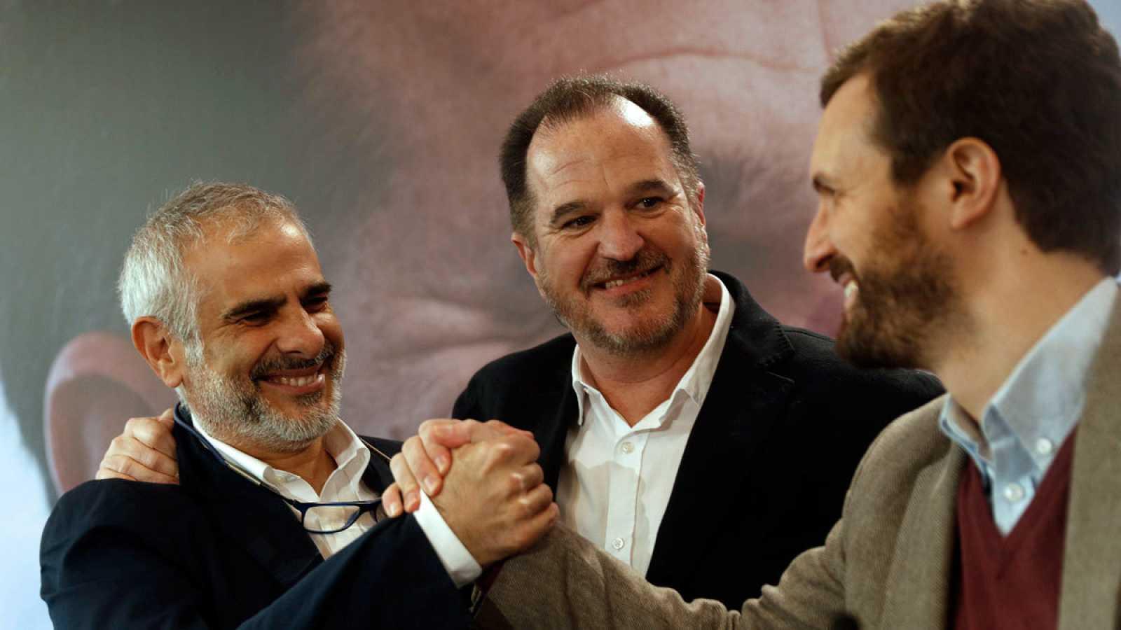 El presidente del PP, Pablo Casado, (d) saluda al dirigente de Ciudadanos Carlos Carrizosa (i), en presencia del candidato a lehendakari de la coalición PP+Ciudadanos, Carlos Iturgaiz.