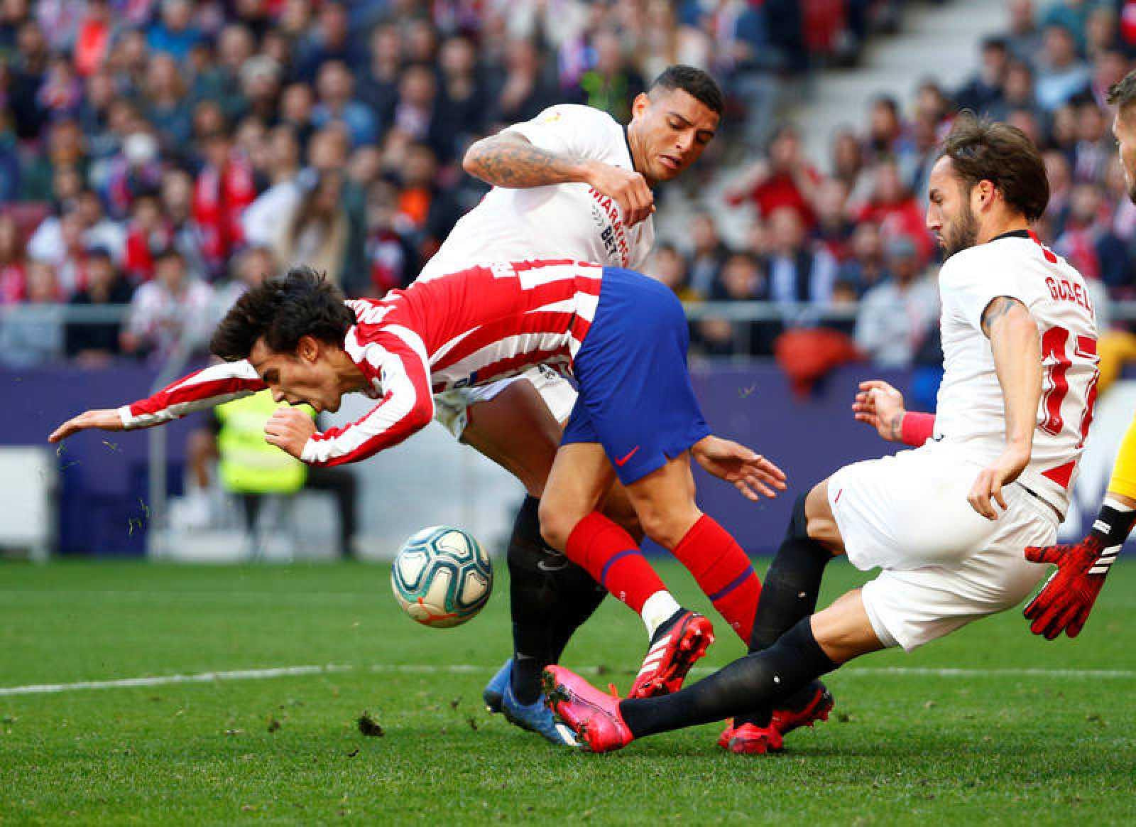 Gudelj (derecha) intenta despeja de forma poco ortodoxa el balón ante Correa