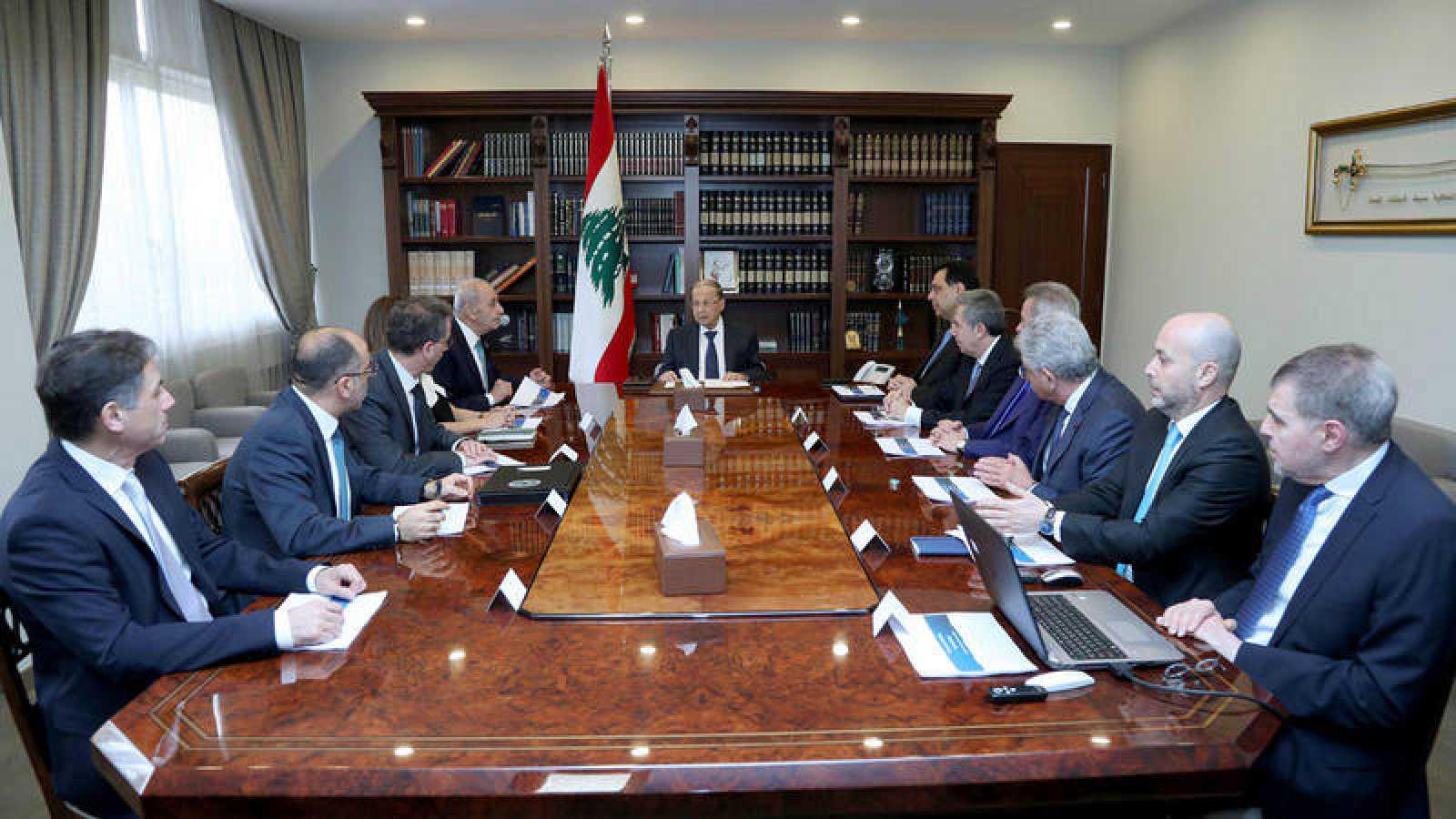 El presidente del Líbano, Michel Aoun, encabeza una reunión junto al primer ministro, Hassan Diab, en el palacio presidencial en Baada, el este de Beirut