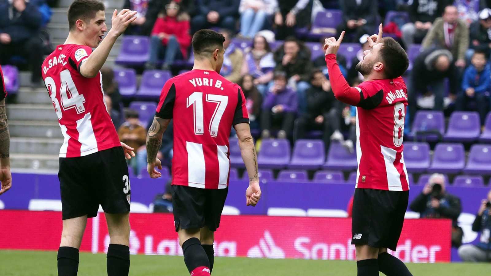 Unai López (d) celebra su gol con Yuri Berchiche (c) y Oihan Sancet (i)