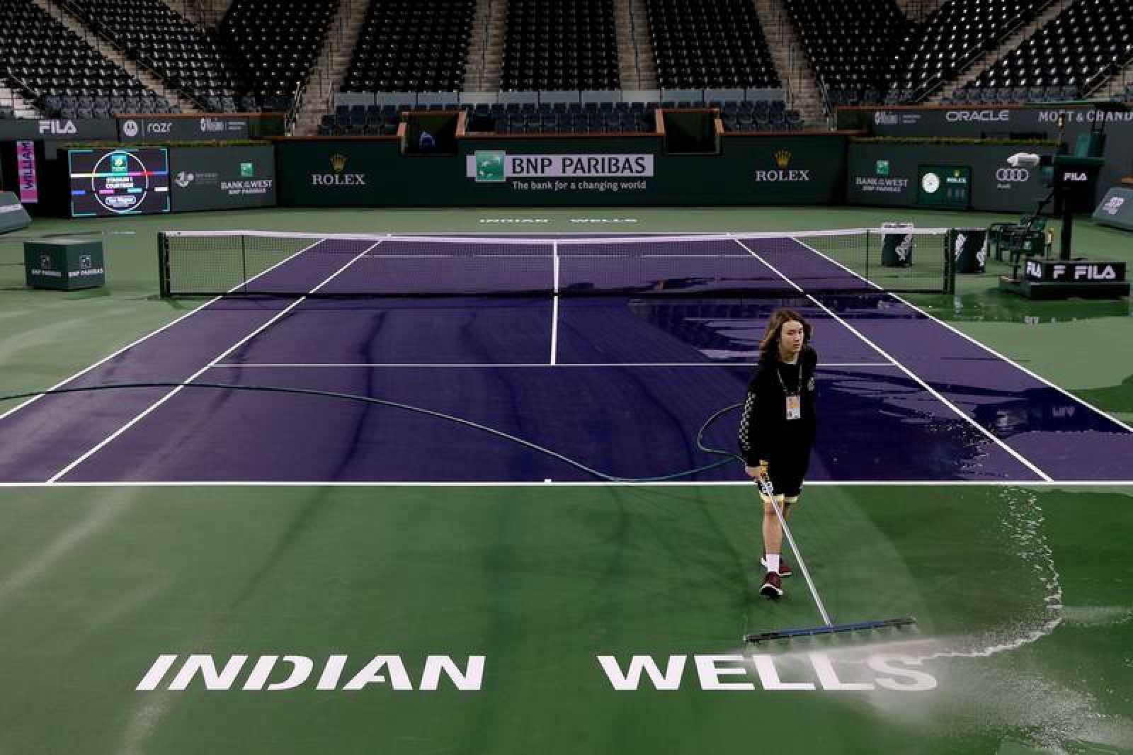 Tareas de limpieza de una pista en Indian Wells