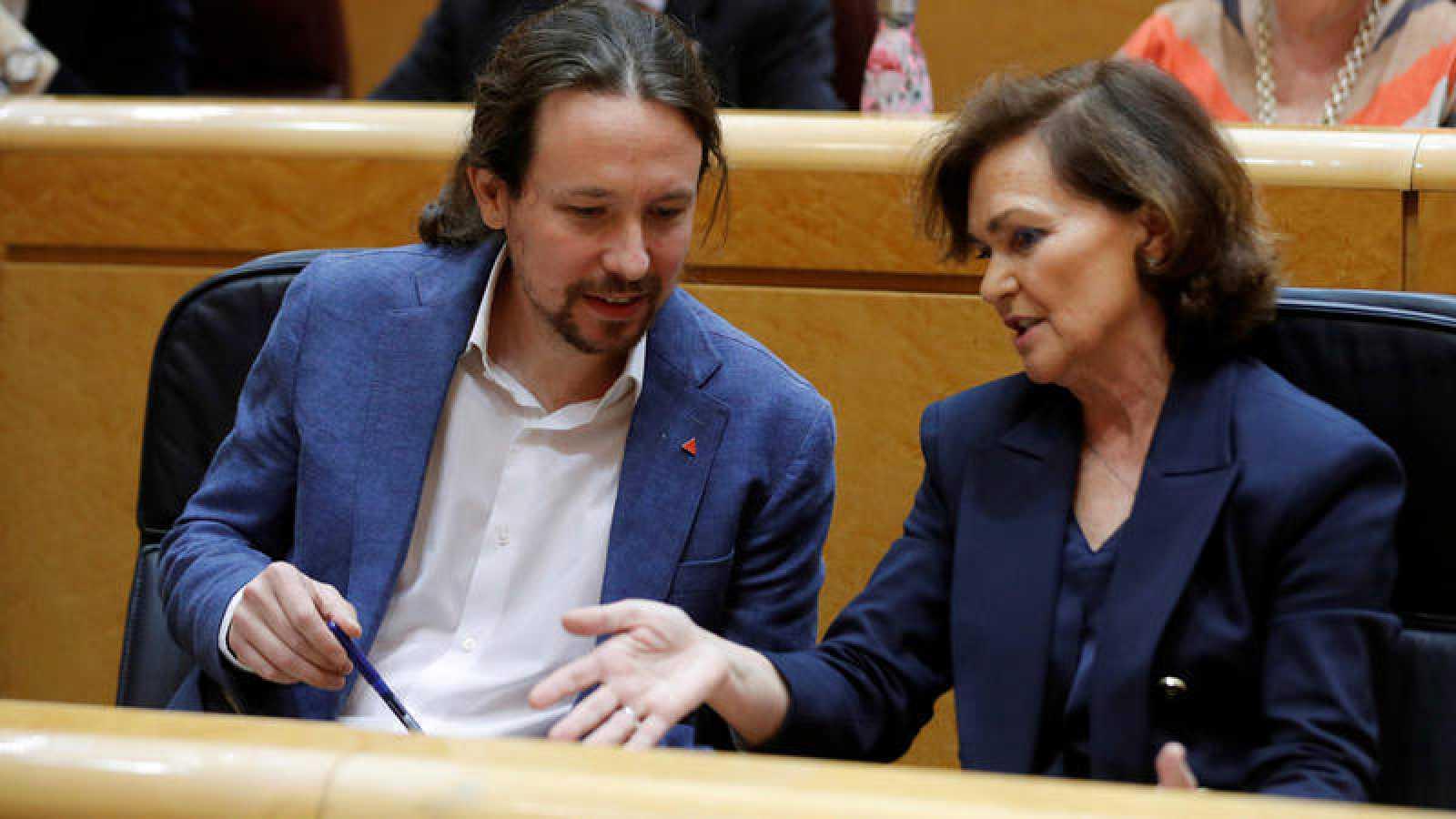 Los vicepresidentes Iglesias y Calvo hablan en el Senado