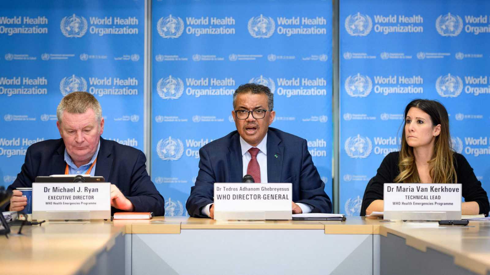 El director general de la Organización Mundial de la Salud (OMS), Tedros Adhanom Ghebreyesus (c), junto a otros miembros de la organización.