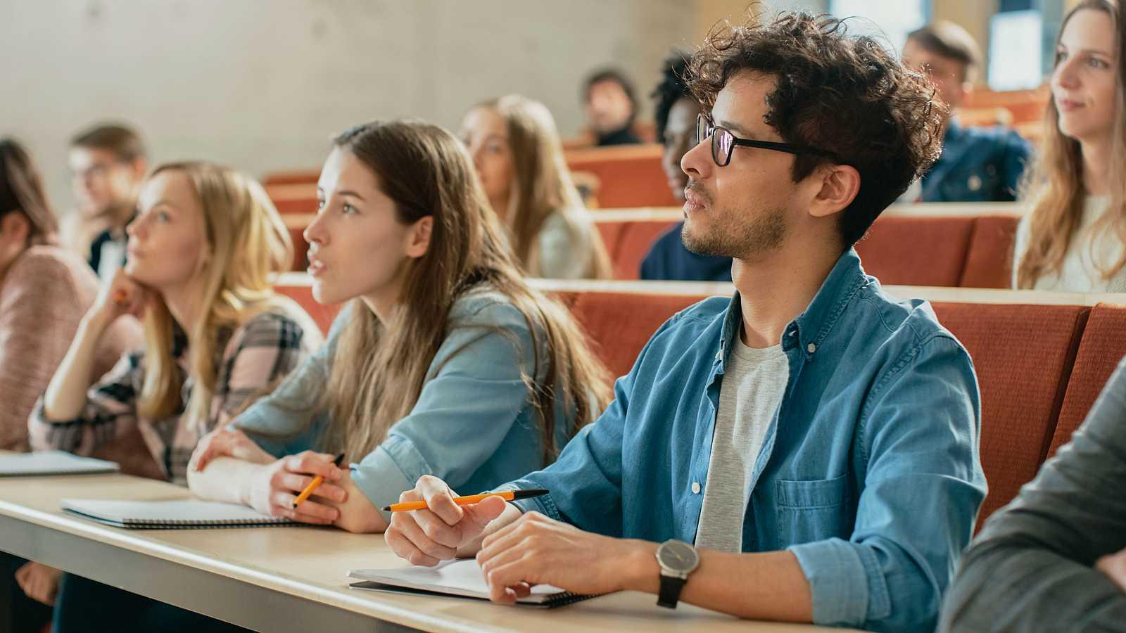 Estudiantes universitarios asisten a una clase