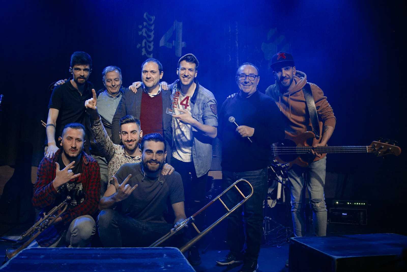 Foto de família a l'escenari del grup Porto Bello amb el guardó del premi Disc Català de Ràdio 4 2019