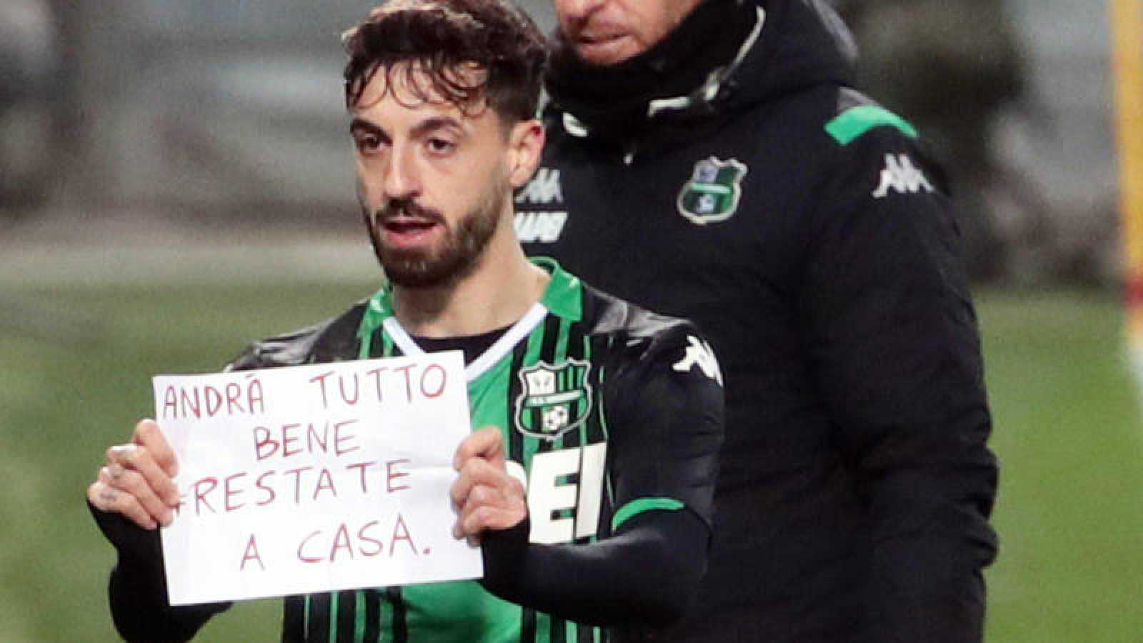 Caputo enseña un cartel durante la celebración de un gol