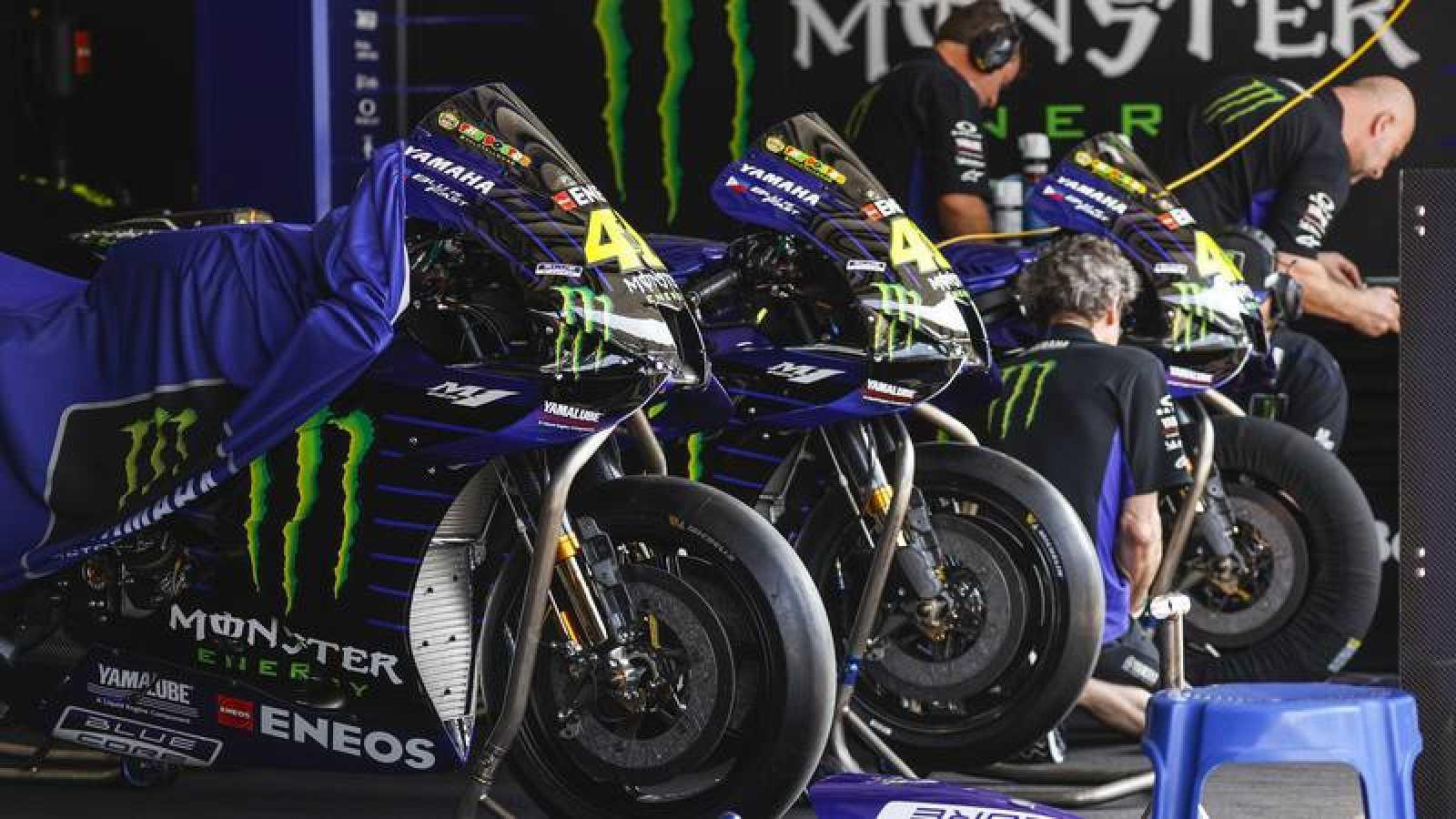 Unos técnicos del equipo Yamaha preparan las motos de los pilotos