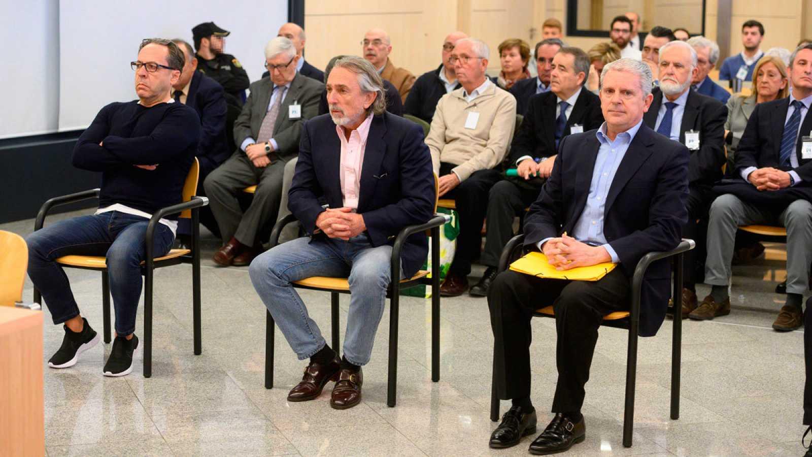 Los acusados Álvaro Pérez 'El Bigotes' (i), Francisco Correa (c) y Pablo Crespo (d) al comienzo del juicio el pasado lunes.