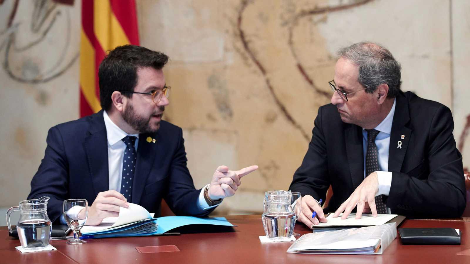El presidente de la Generalitat, Quim Torra, conversa con su vicepresidente, Pere Aragonés, durante la reunión semanal del gobierno catalán