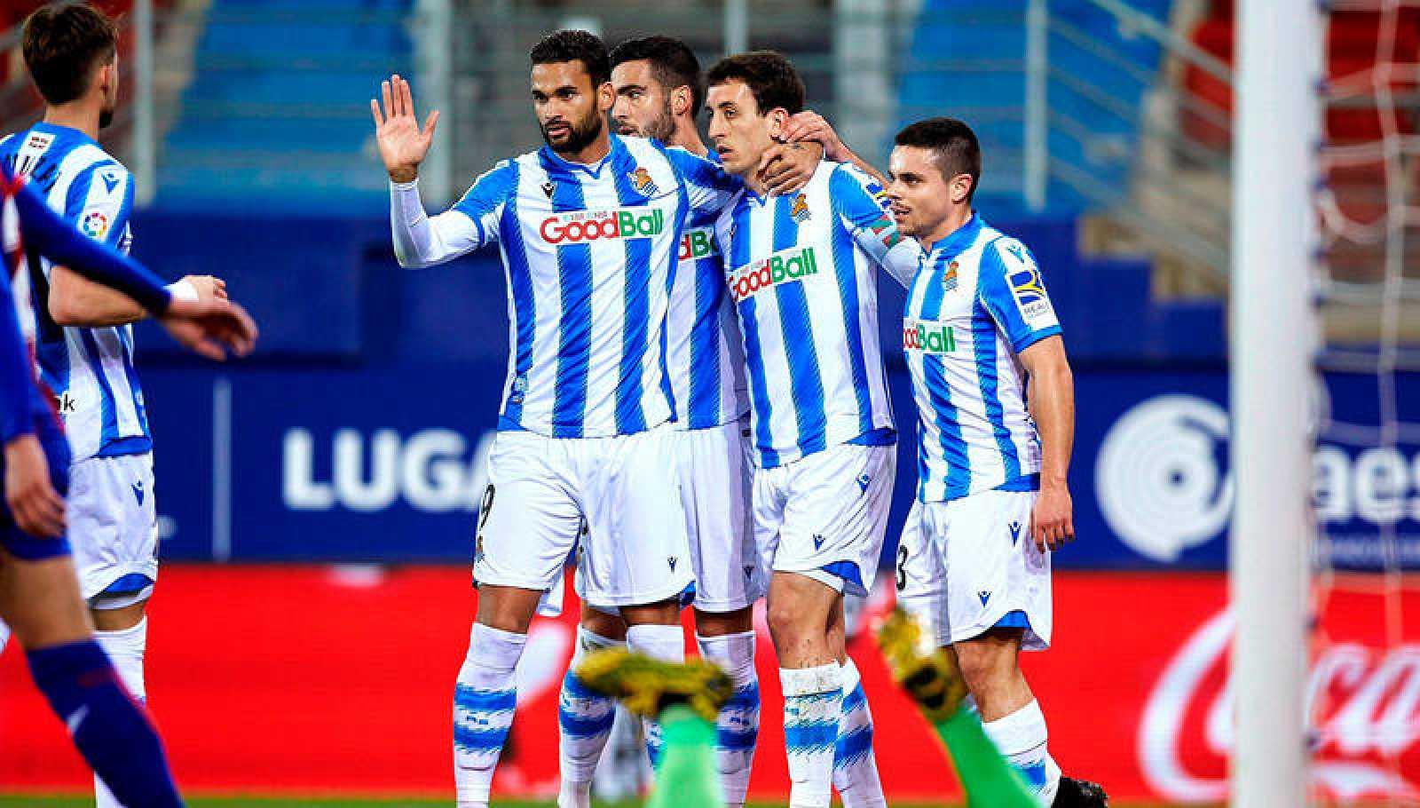 Los jugadores de la Real celebran el gol de Willian José.