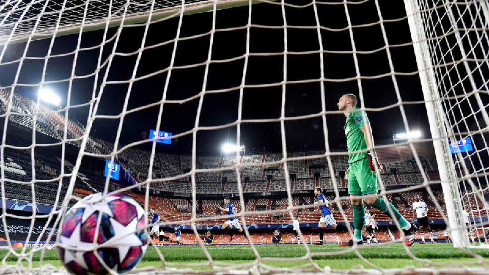 Ilicic celebra su segundo gol frente a la decepción de Jasper Cillessen, portero del Valencia