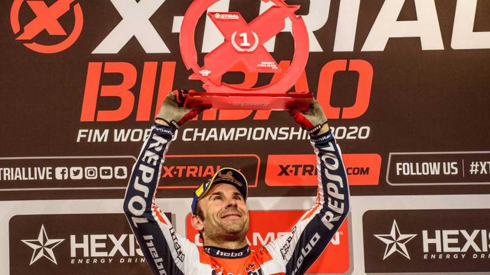 El piloto Toni Bou celbra su triunfo en la quinta prueba del Campeonato del Mundo de X-Trial 2020 en  Bilbao.