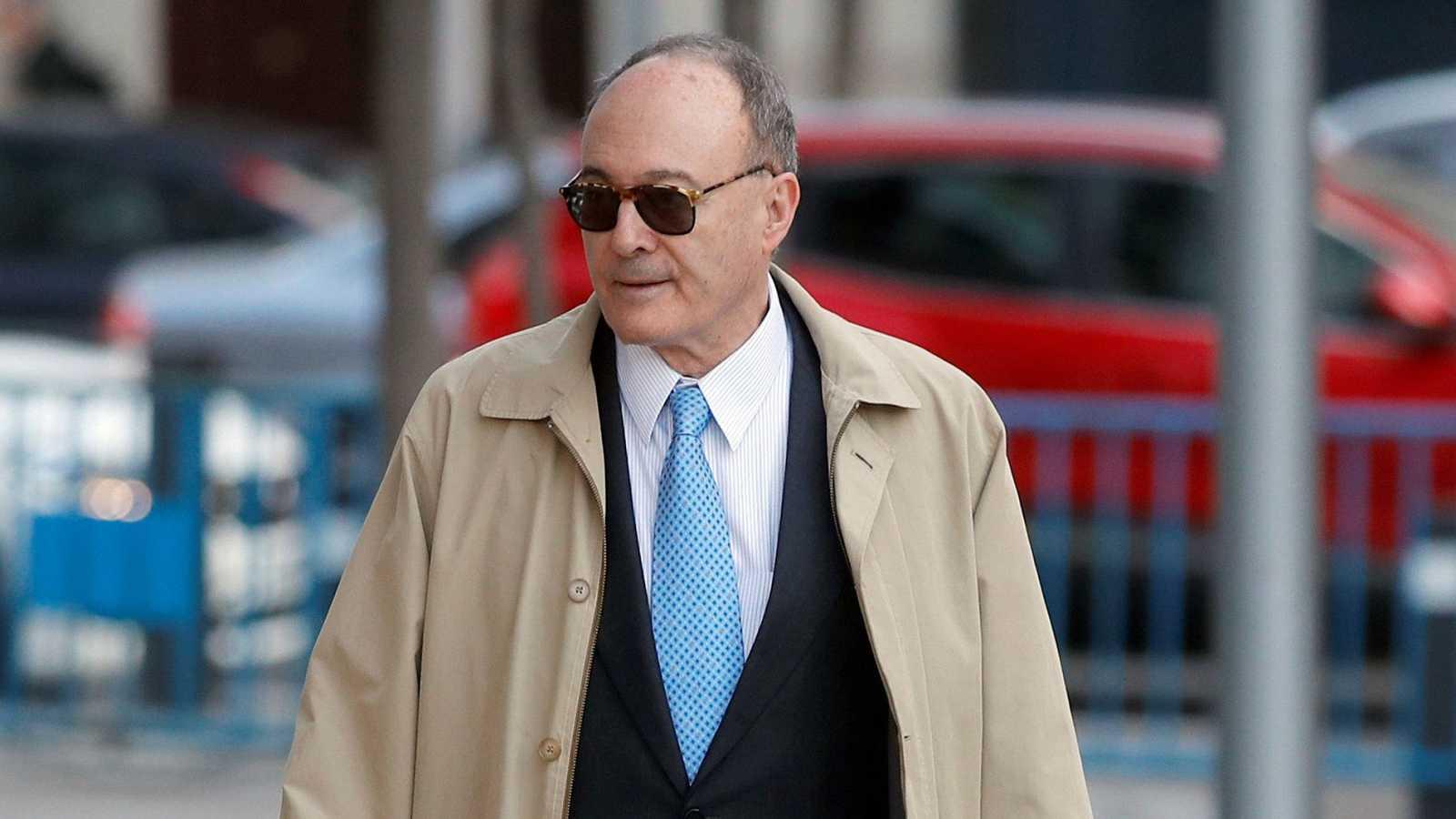 El exgobernador del Banco de España Luis María Linde a su llegada este miércoles a la Audiencia Nacional para testificar en la causa sobre la resolución del Banco Popular