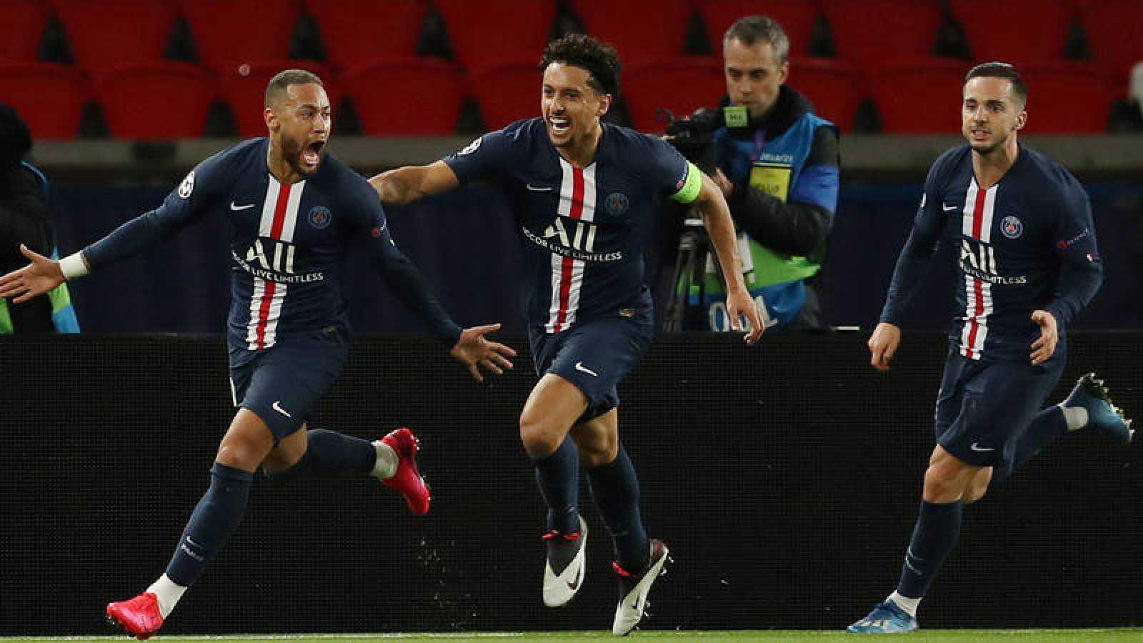 Los jugadores del PSG celebran el gol de Neymar.