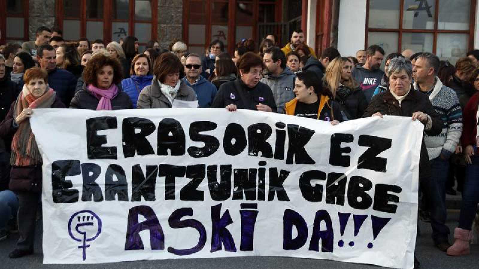 Imagen de la concentración en Abanto y Zierbena en repulsa por el asesinato de dos mujeres en la localidad vizcaína.