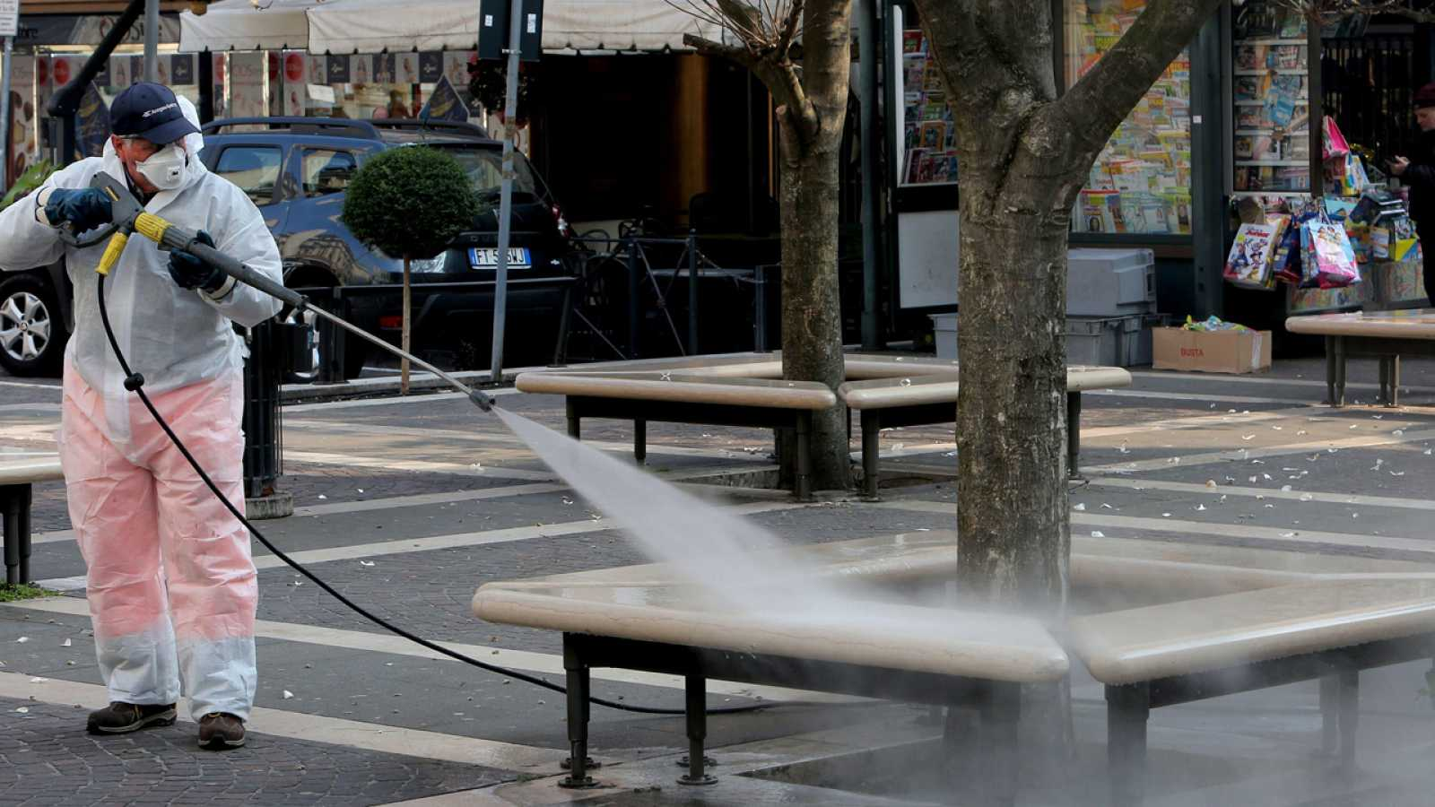 Un operario desinfecta las calles de Pádova (Italia)