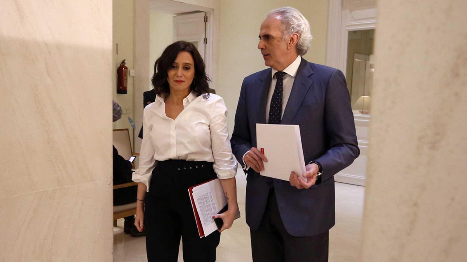 La presidenta de la Comunidad de Madrid, Isabel Díaz Ayuso, junto al consejero de Sanidad, Enrique Ruiz Escudero.