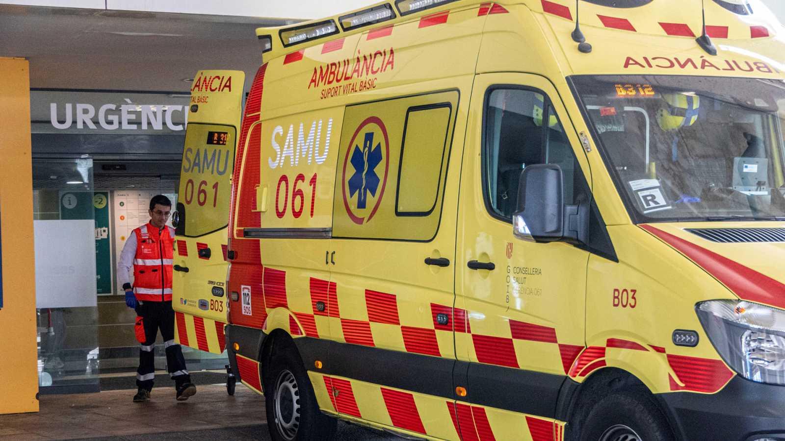 Una ambulancia aparcada ante el acceso a Urgencias del hospital Son Espases de Palma de Mallorca